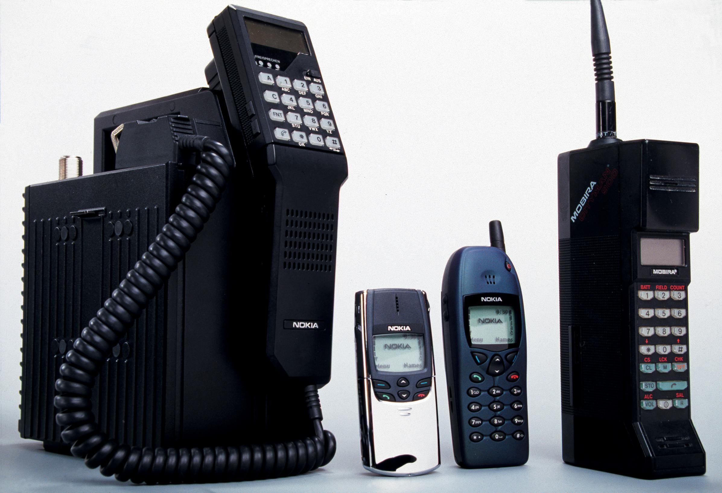 Fra venstre: Mobira Talkman, Nokia 8810, Nokia 6110 og Mobira Cityman.