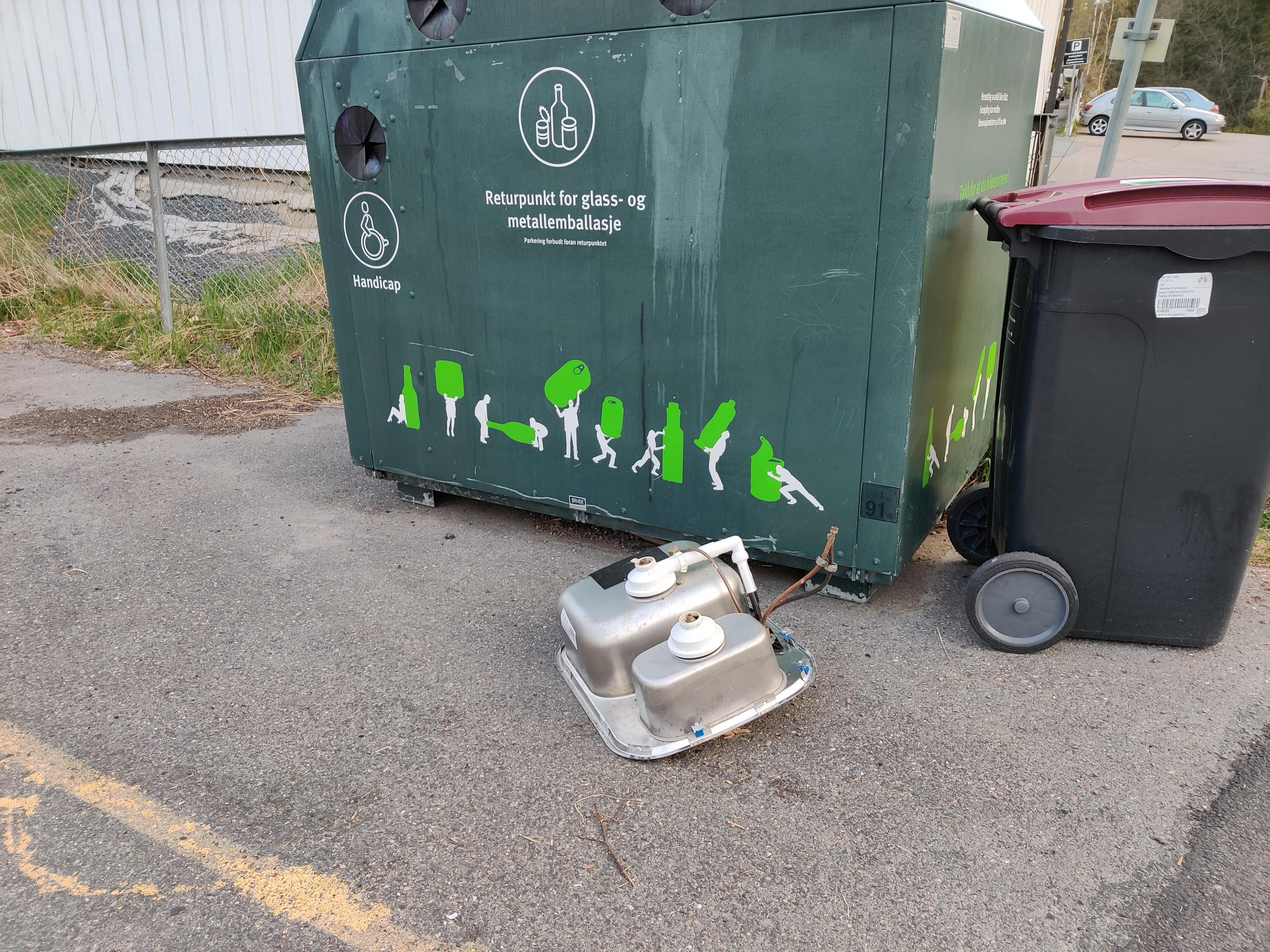 Emballasjen for skitten oppvask må ha vist seg vanskelig å stappe ned i konteineren.