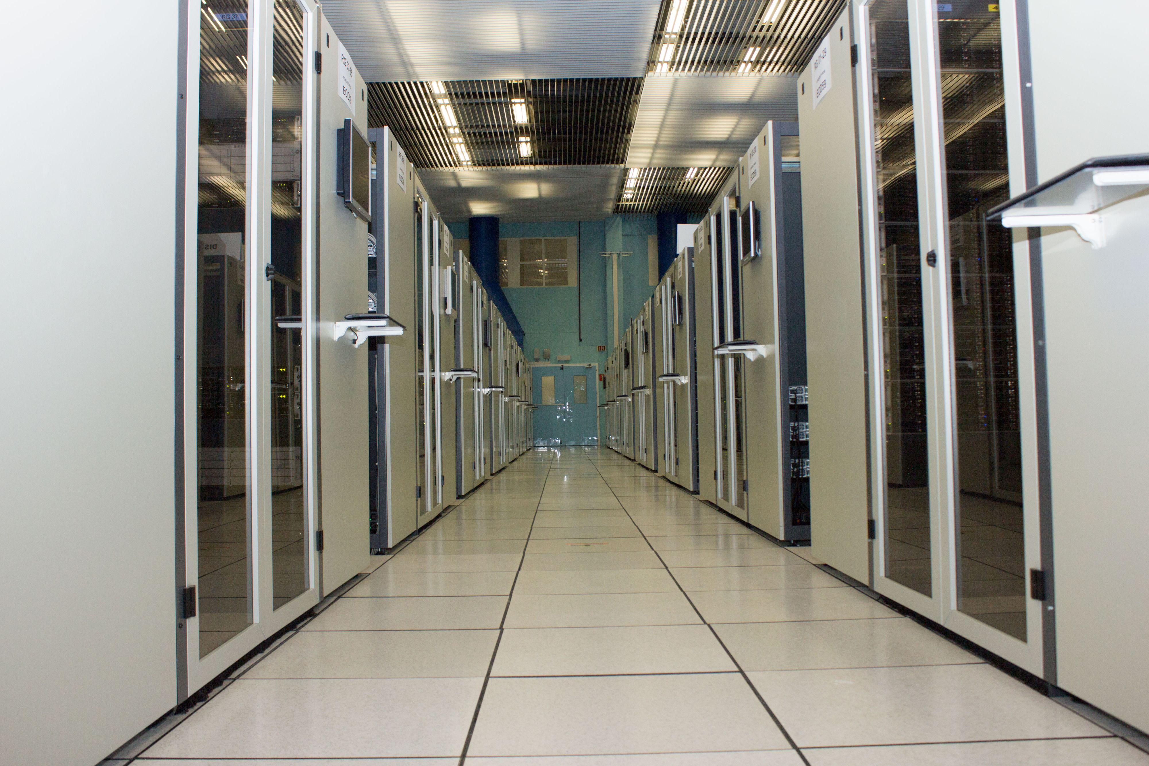 Innimellom servere, teiplagre og kjøleløsninger finner vi små terminaler som lar den erfarne IT-staben holde oversikt på alt som skjer.