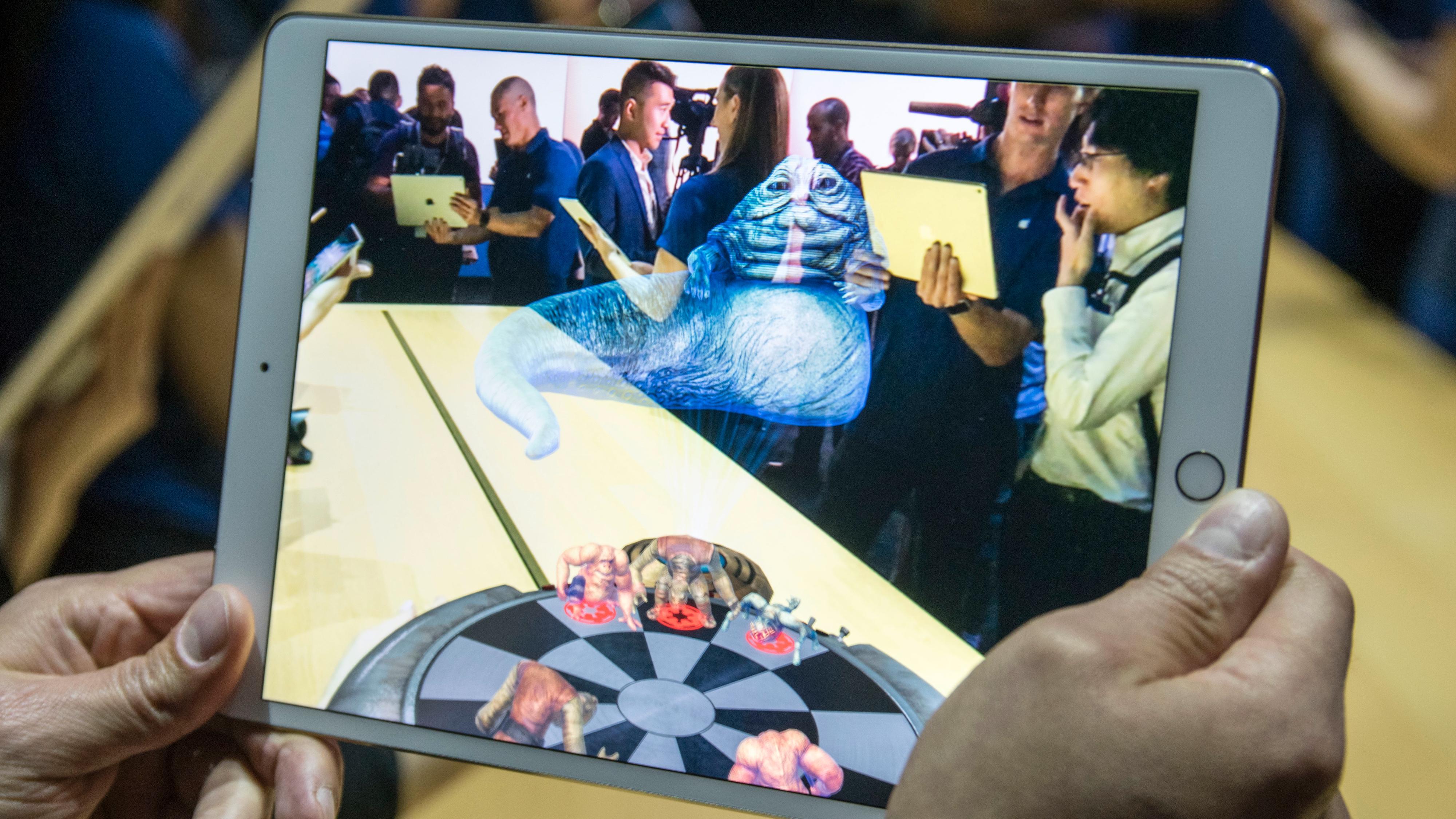 Foreløpig er første app ut med AR-støtte på iPad en slags sjakkutgave hentet fra Star Wars. Jabba The Hut er naturligvis med, og detaljene som speiles i brettet er fra romskipet Millennium Falcon.