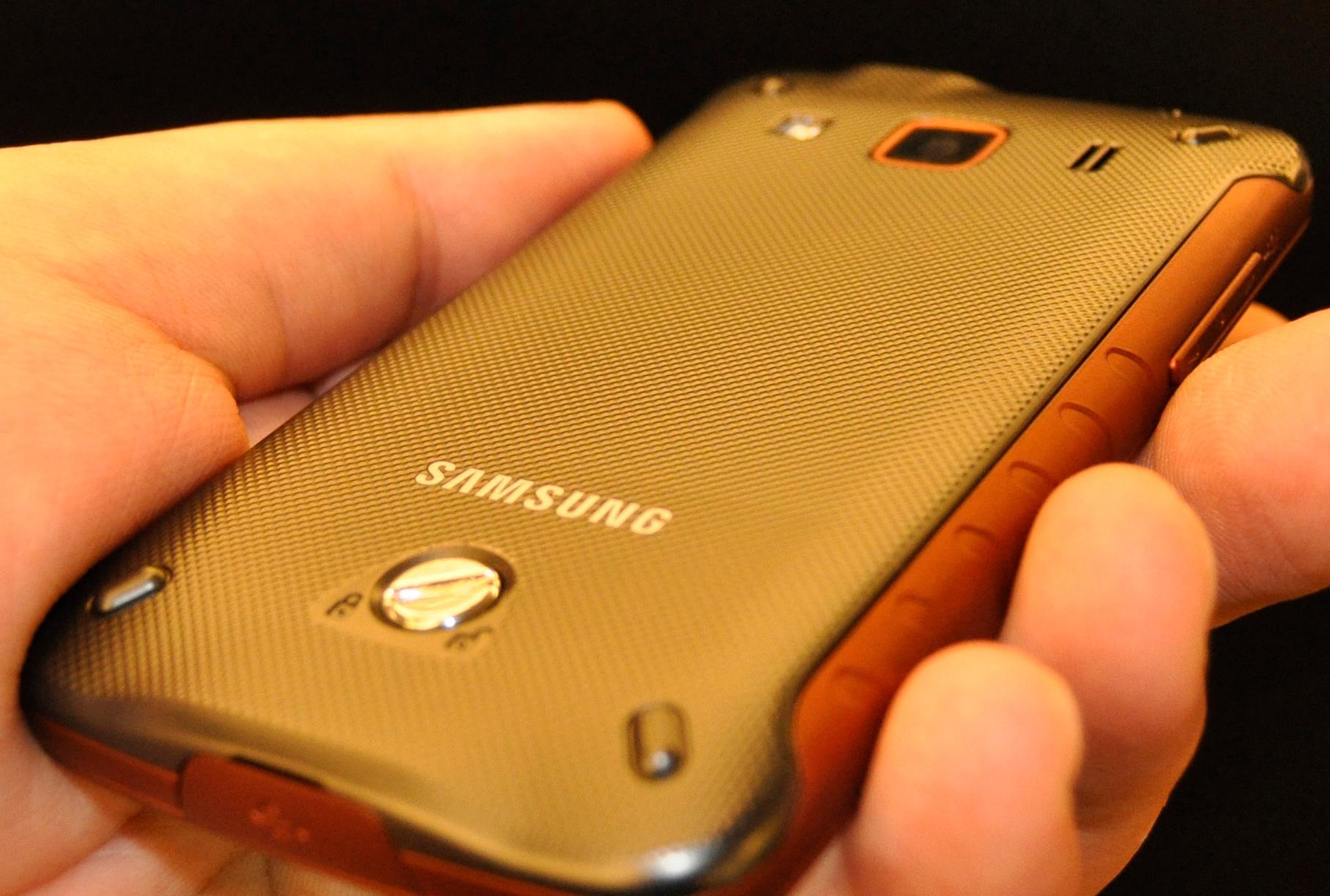 Telefonen har en kraftig plastplate på baksiden. Den er festet med en skrue.