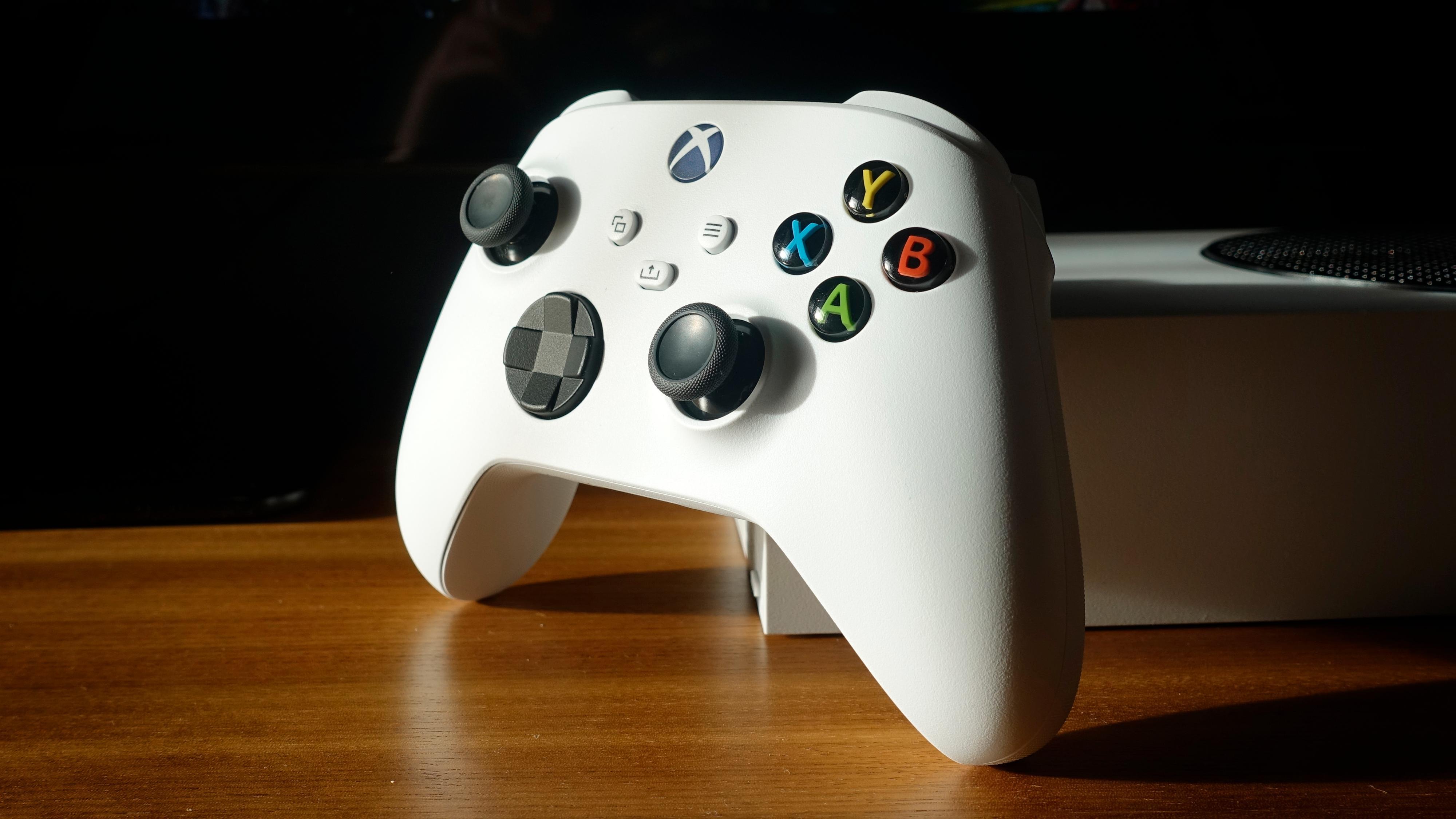 Har du brukt en Xbox-kontroller tidligere, føles den nye umiddelbart kjent ut i hånden. Den er utmerket.