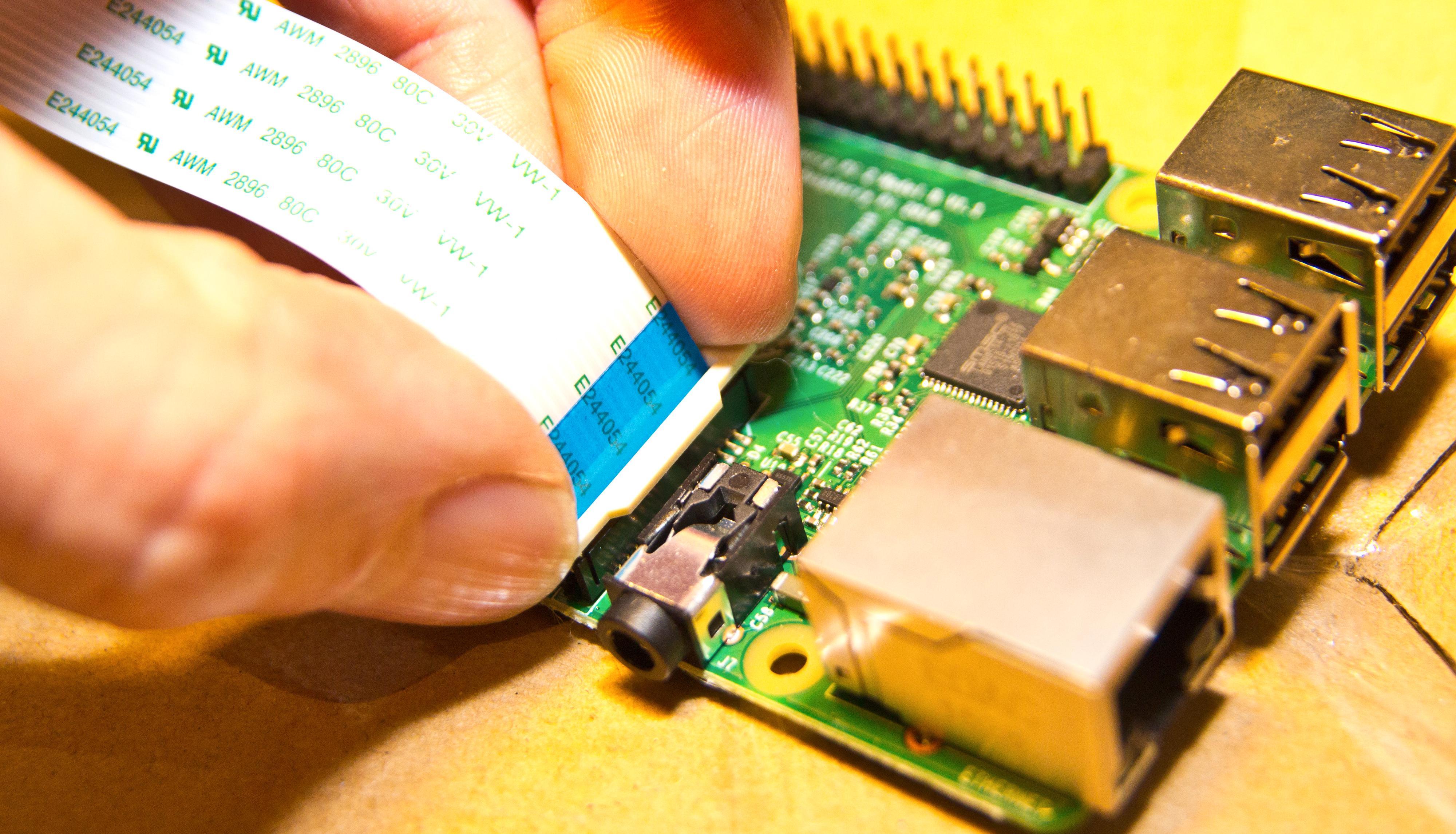 Den mest avanserte delen av monteringen. Skyv kabel på plass, press ned hvit plastlås når kabelen er i bunn. . Bilde: Rolf B. Wegner, Tek.no