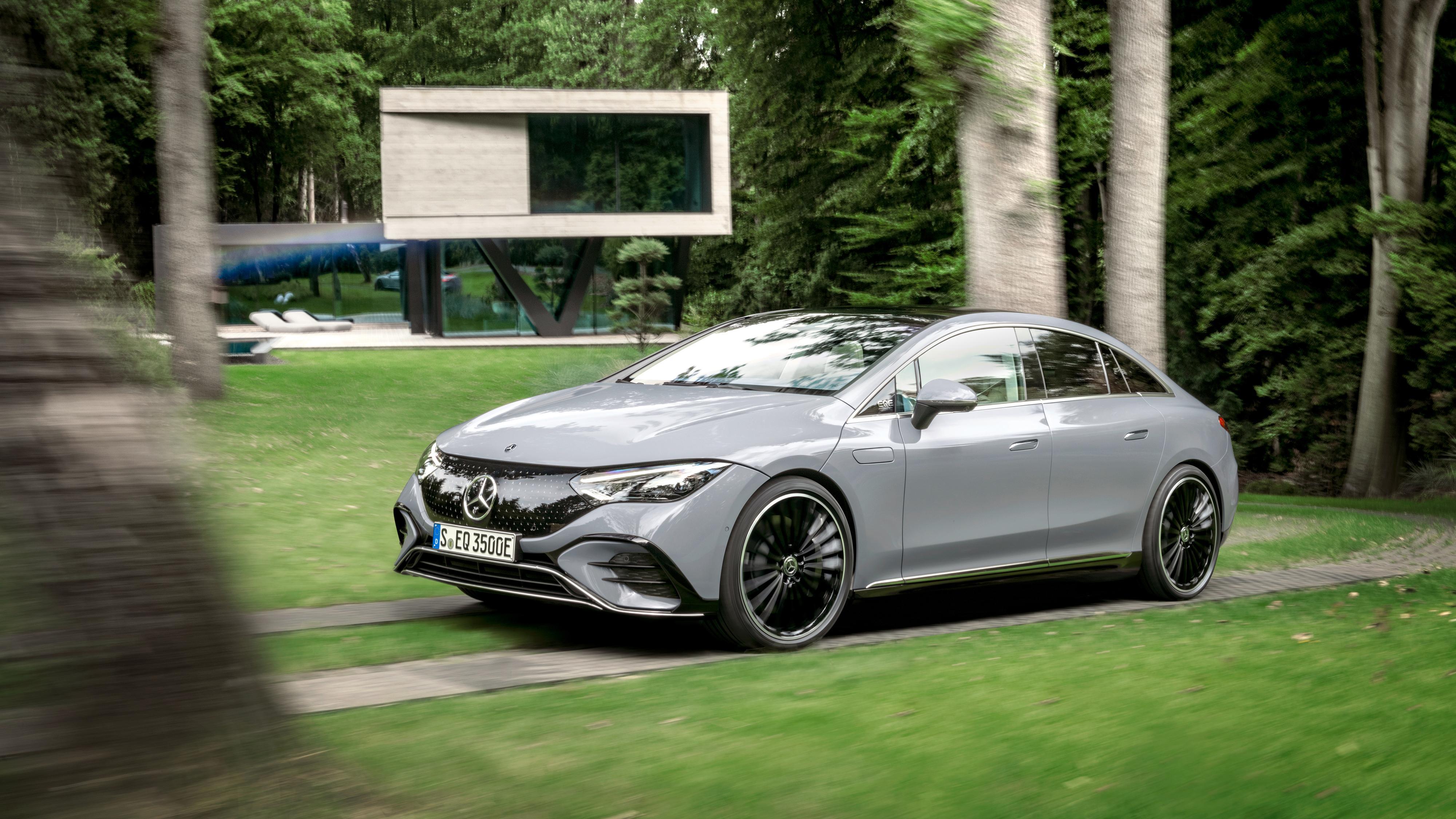 Nye Mercedes-Benz EQE er en litt mer kompakt sedan enn flaggskipet EQS.
