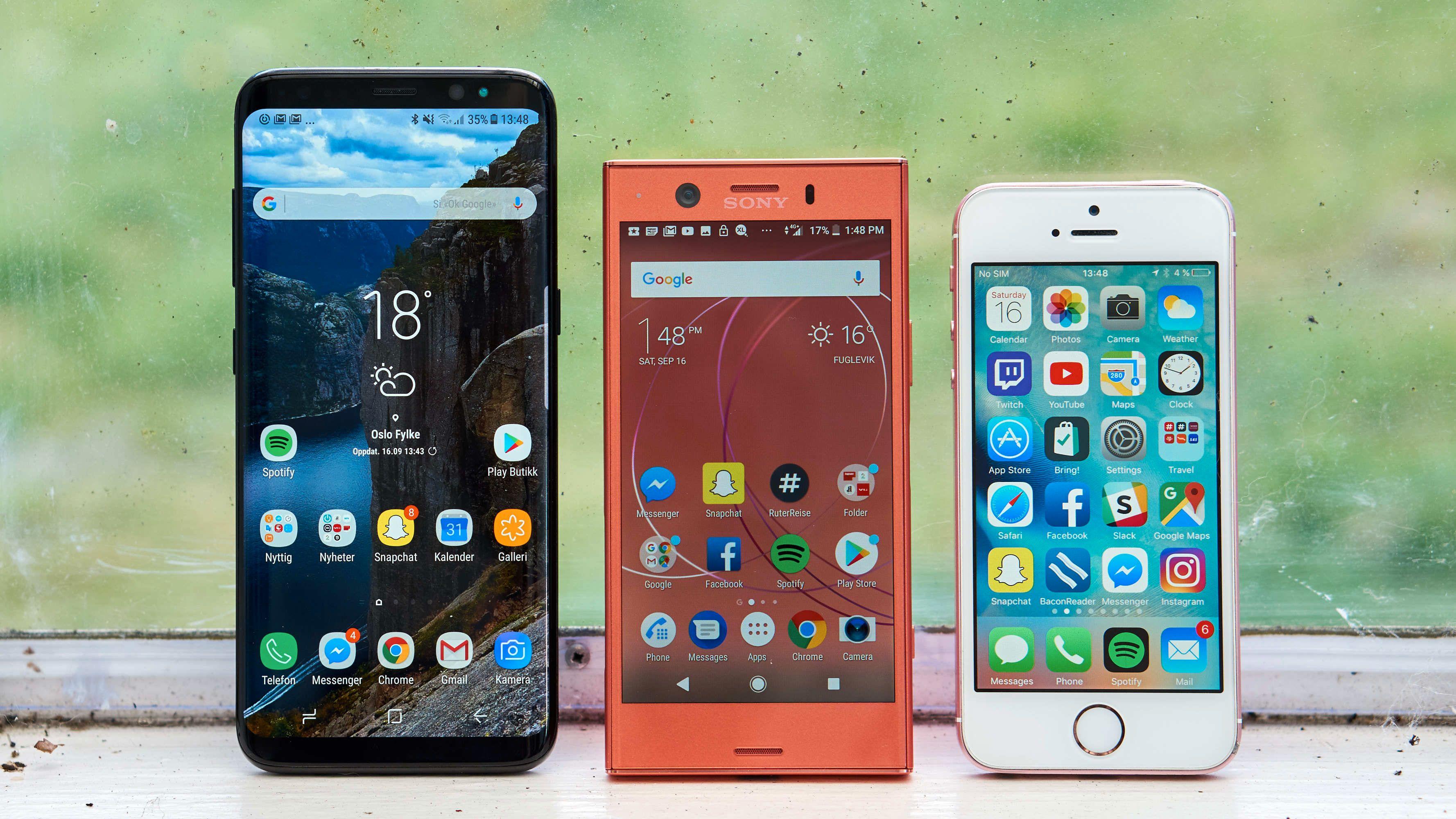 Xperia XZ1 Compact i midten, ved siden av en Galaxy S8 med heldekkende skjerm. Vi håper på noe nytt og smått med rammeløs design i 2018. Kan de kompakte bli enda mer kompakte? Bilde: Torstein Norum Bugge, Tek.no