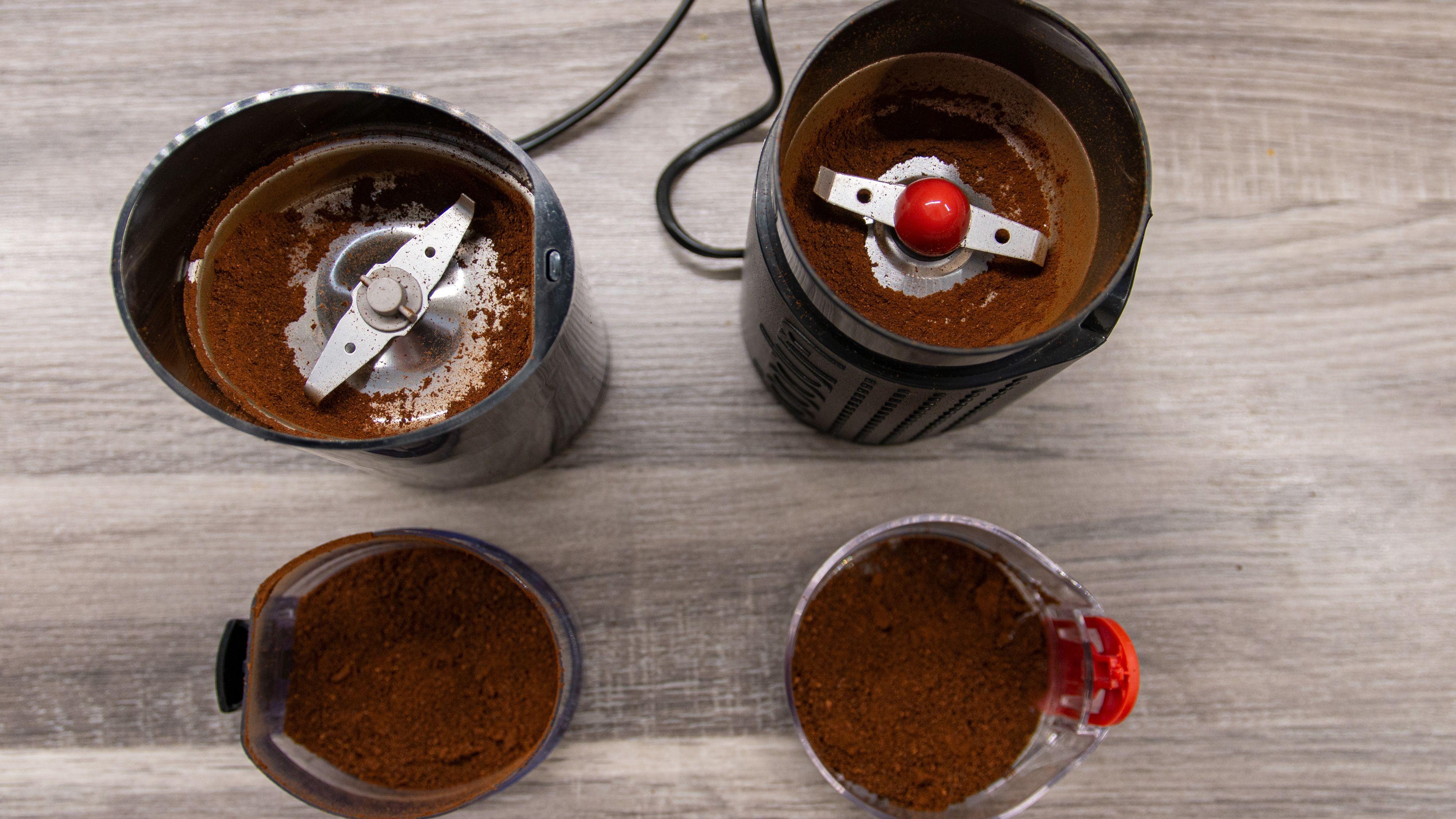 Se hvordan mye av kaffen festet seg til bunnen og måtte graves ut av de manuelle kvernene til OBH Nordica og Bodum. Ikke lekkert.