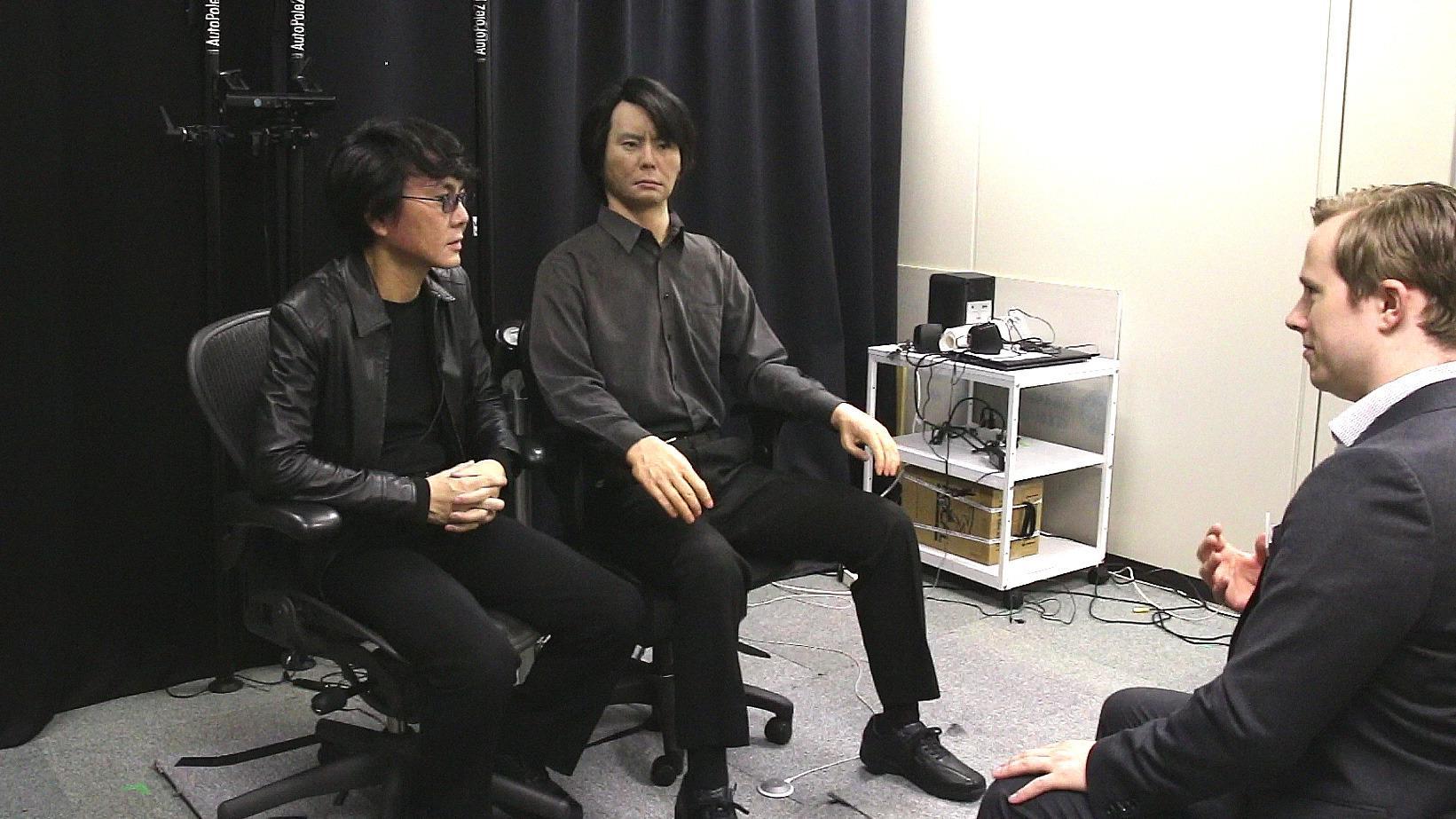 Det viste seg å være lettere enn vi forventet å skille ad den levende professor Ishiguro og hans Geminoid.Foto: Hardware.no
