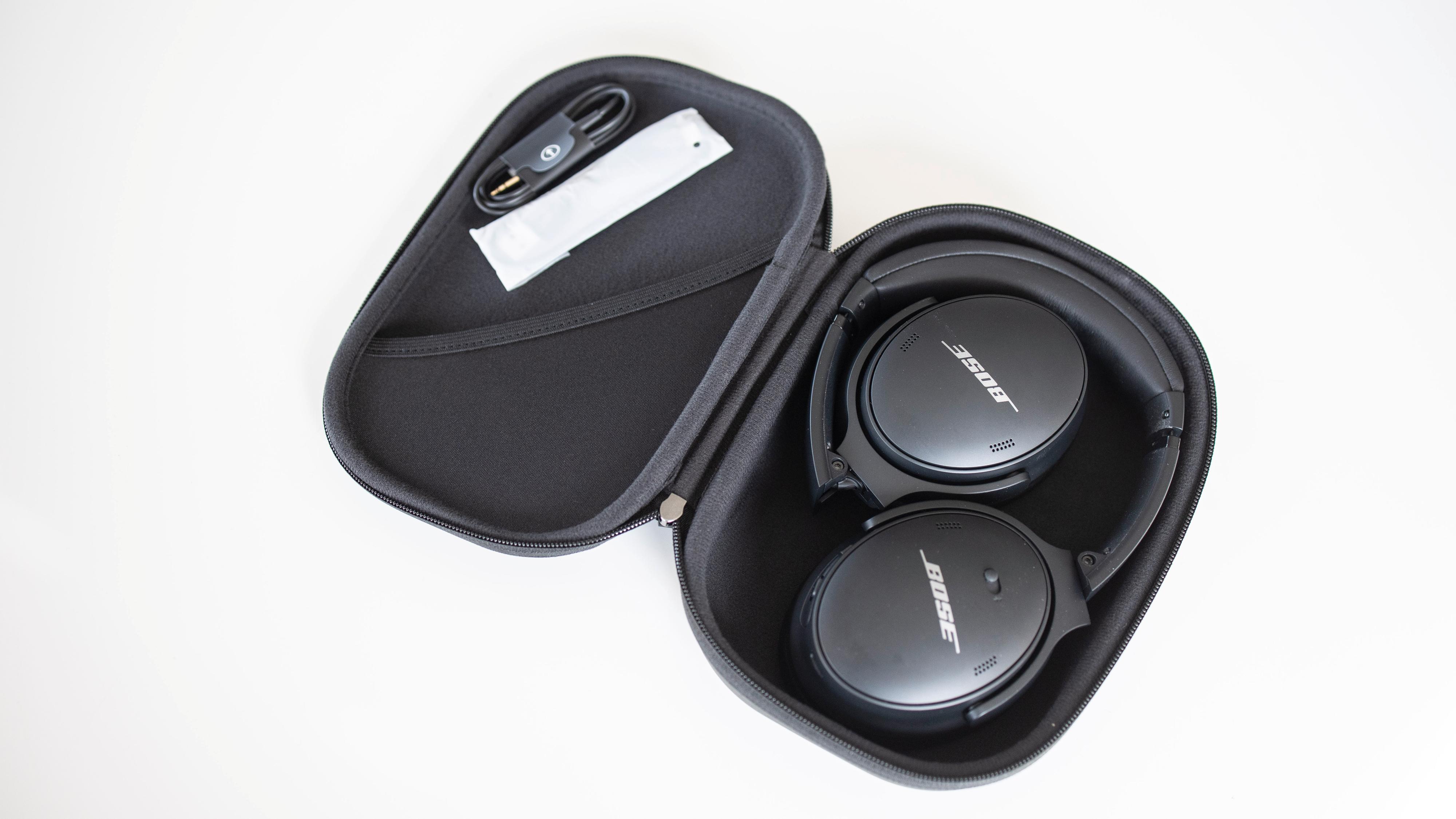 Hodetelefonene kan legges sammen og det følger med et etui. Det gjør dem ganske enkle å hive i sekken.
