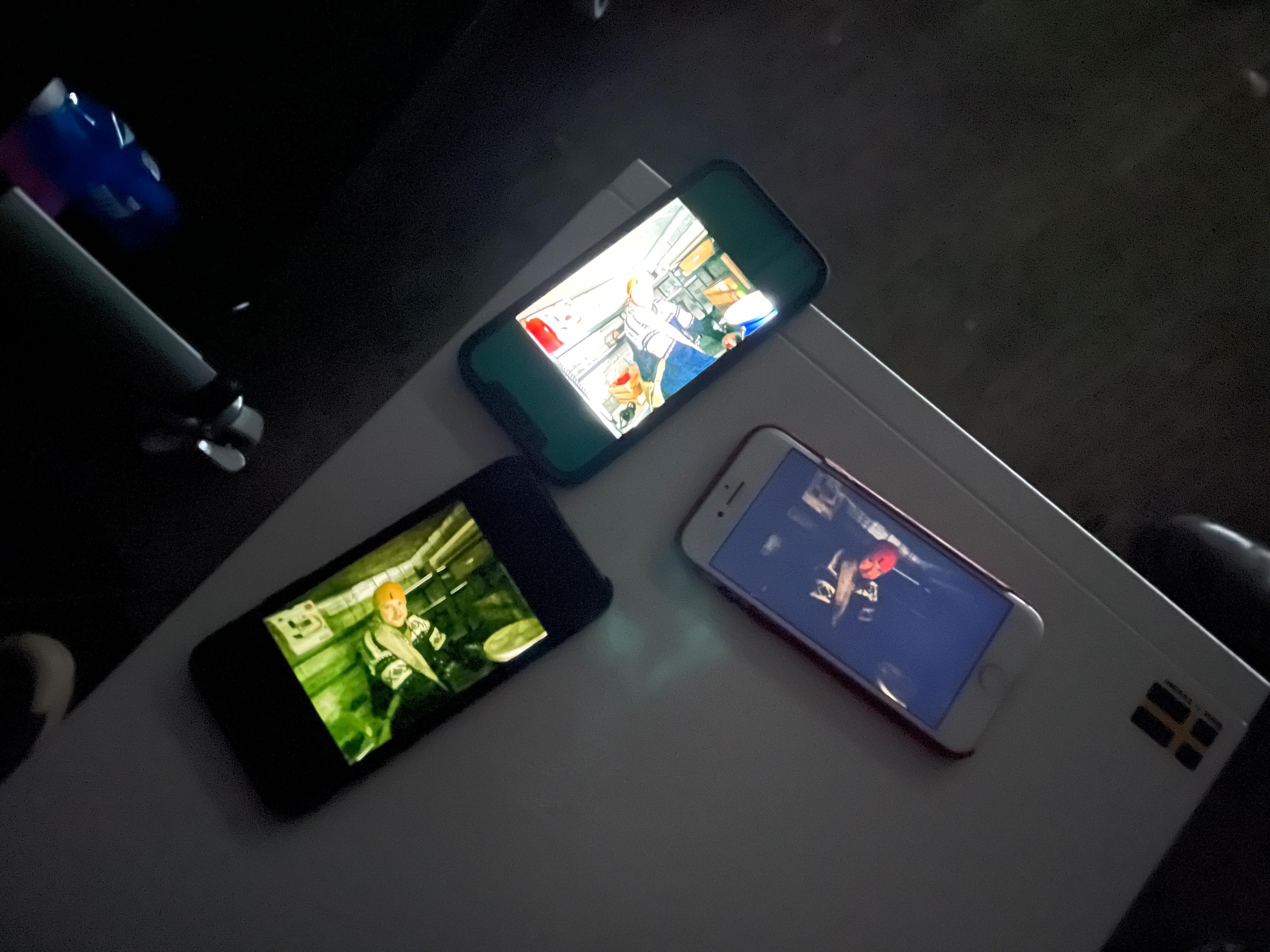iPhone 8, iPhone 11 Pro Max og iPhone 12 Pro fikk ta det samme portrettbildet i mørket. Kan du gjette plasseringen til de ulike modellene? Forskjellene i lysfølsomhet fra gammel til ny er faktisk så store som de ser ut.