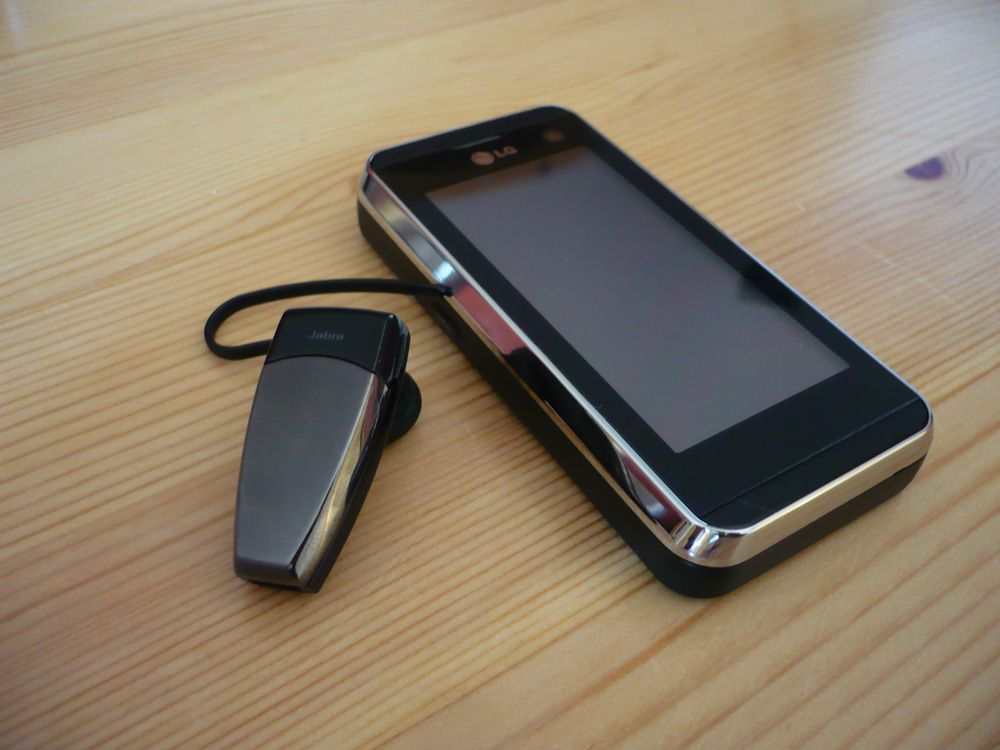 Telefonen støtter Bluetooth, og takler både vanlige håndfrier og trådløse stereohodesett.