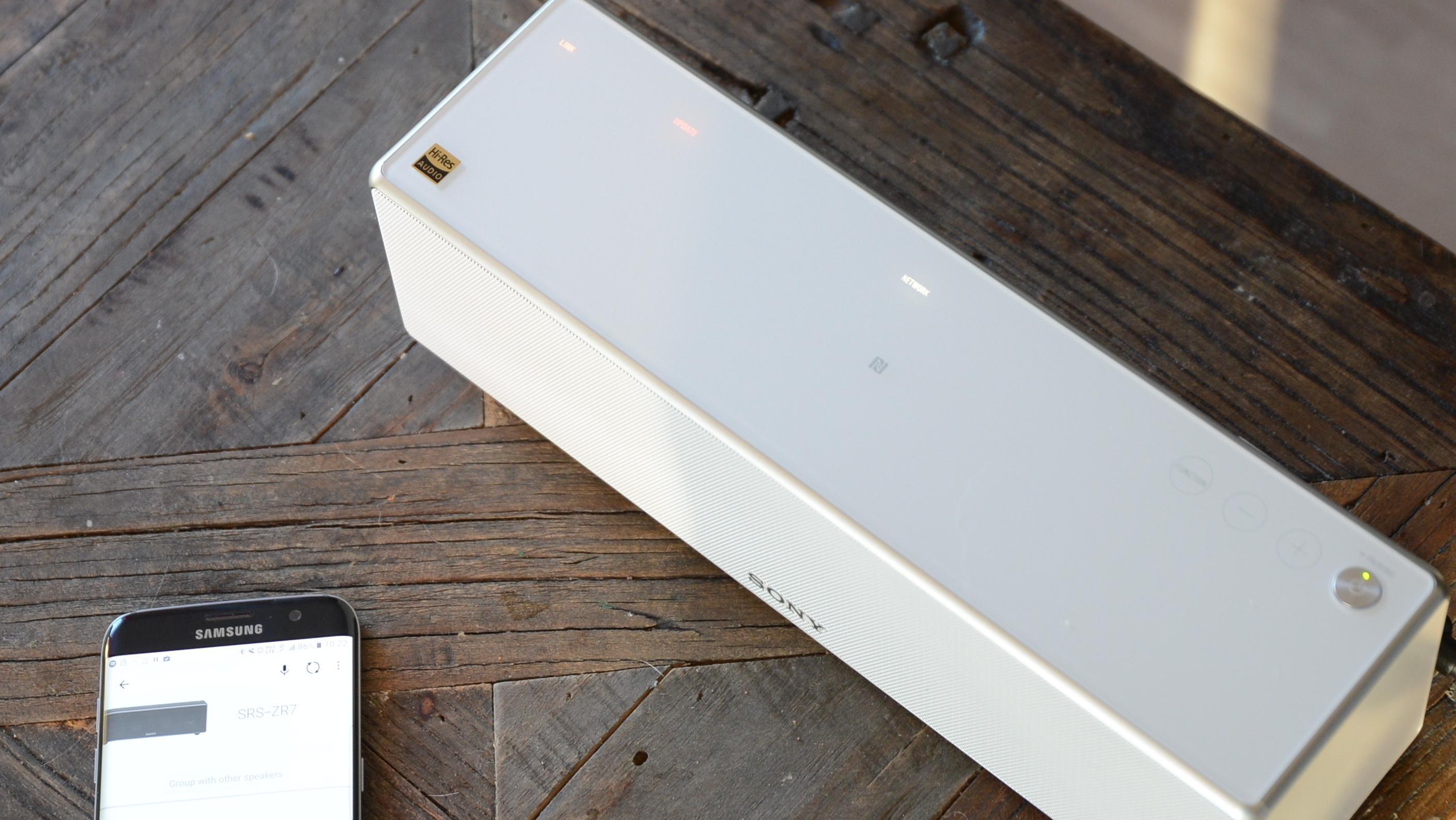 Oversiden av høyttaleren viser hva den er koblet til, og ikke minst om den oppdaterer seg.
