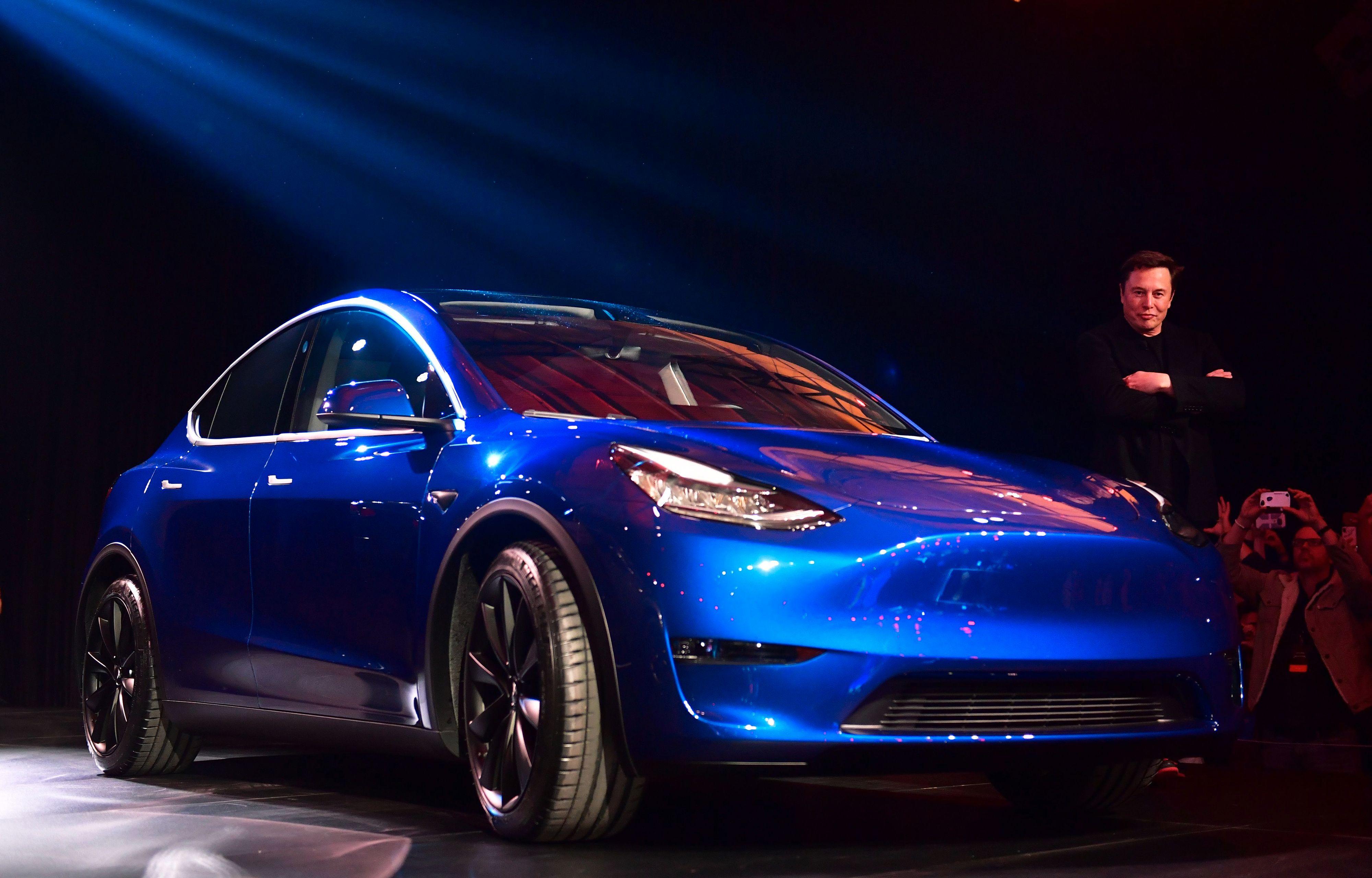 Tesla-sjef Elon Musk viste frem kompakt-SUV-en Model Y i California natt til fredag, norsk tid.