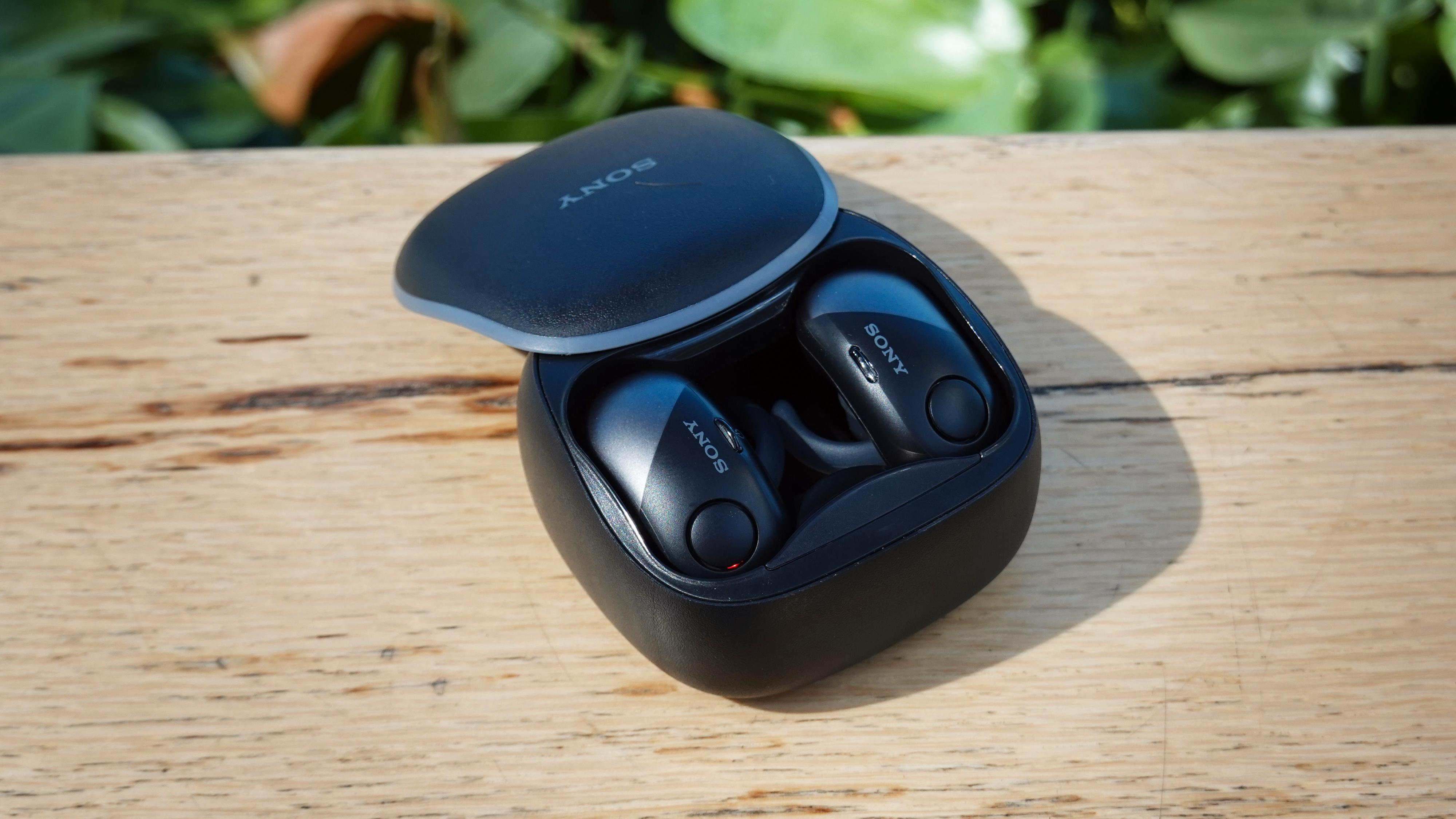 Sony-etuiet har plass til ørevingene, men kun om du vrir dem på plass. Det er irriterende når du skal sette pluggene tilbake i øret. Lokket sitter også veldig løst.