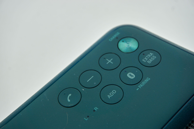 Det er syv knapper her, men de er iallefall svært tydelig merket. Telefonknappen lar deg også enkelt bruke SRS-XB3 som konferansehøyttaler. konferansehøyttaler.
