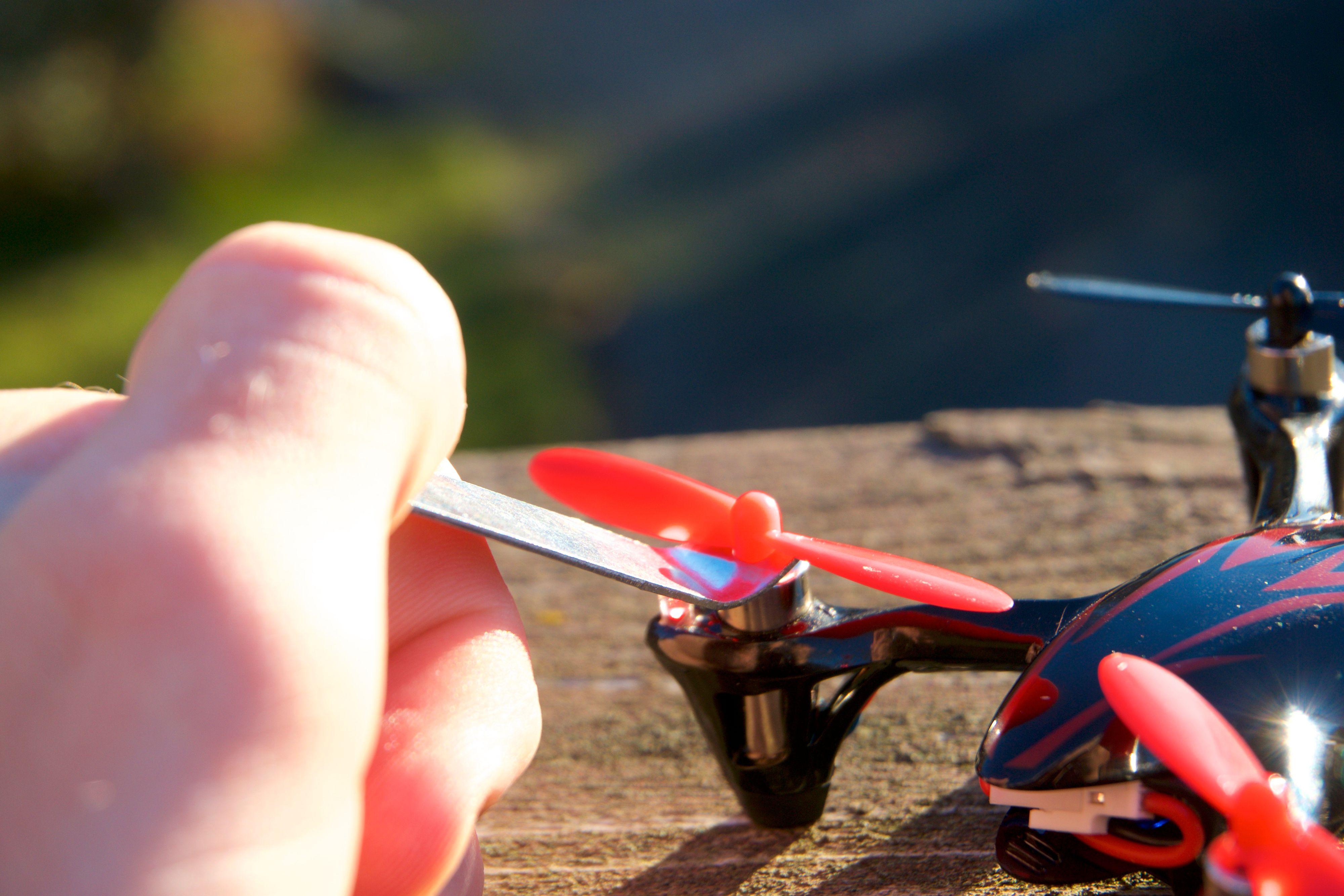 Du bruker en u-nøkkel for å flikke av de små propellene.