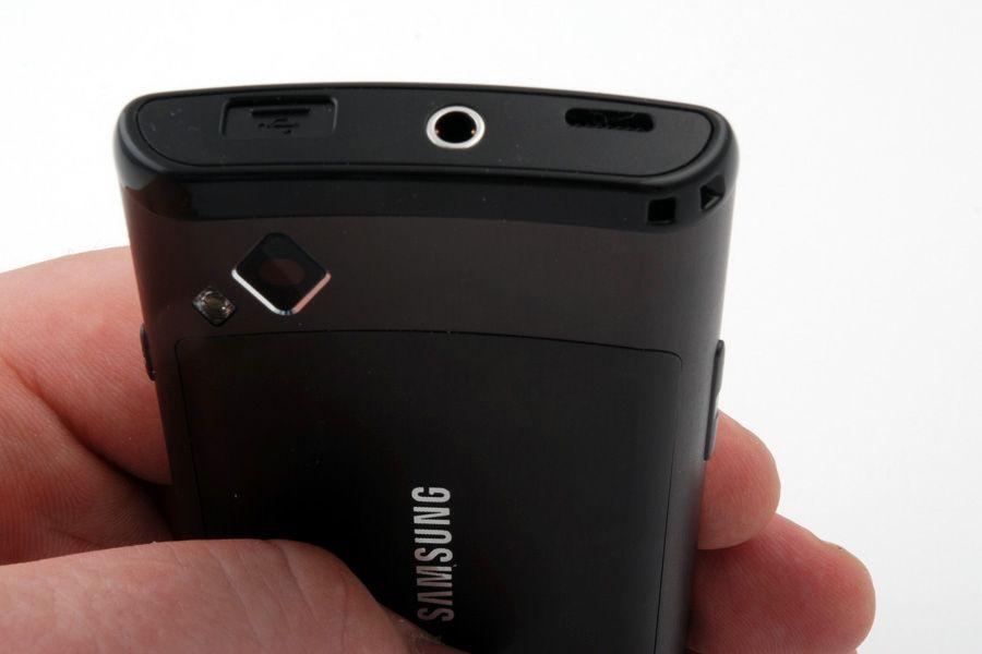 Micro-USB-kontakten sitter under skuffen til venstre i bildet.