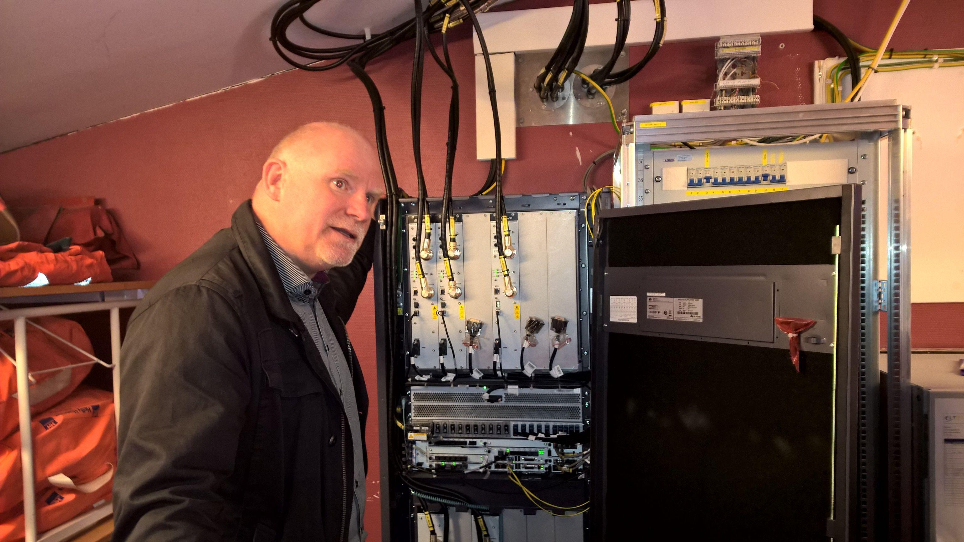 Slik ser senderutstyret til en basestasjon ut. Dekningssjef Tommy Johansen i TeliaSonera viser frem noe av det nyeste utstyret som er installert i forbindelse med 4G-utbyggingen som pågår nå. Foto: Ida Oftebro/Inside Telecom