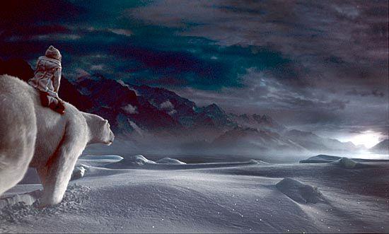 Lyra ridende på den mektige isbjørnen Iorek, med stemmen til Sir Ian McKellen.