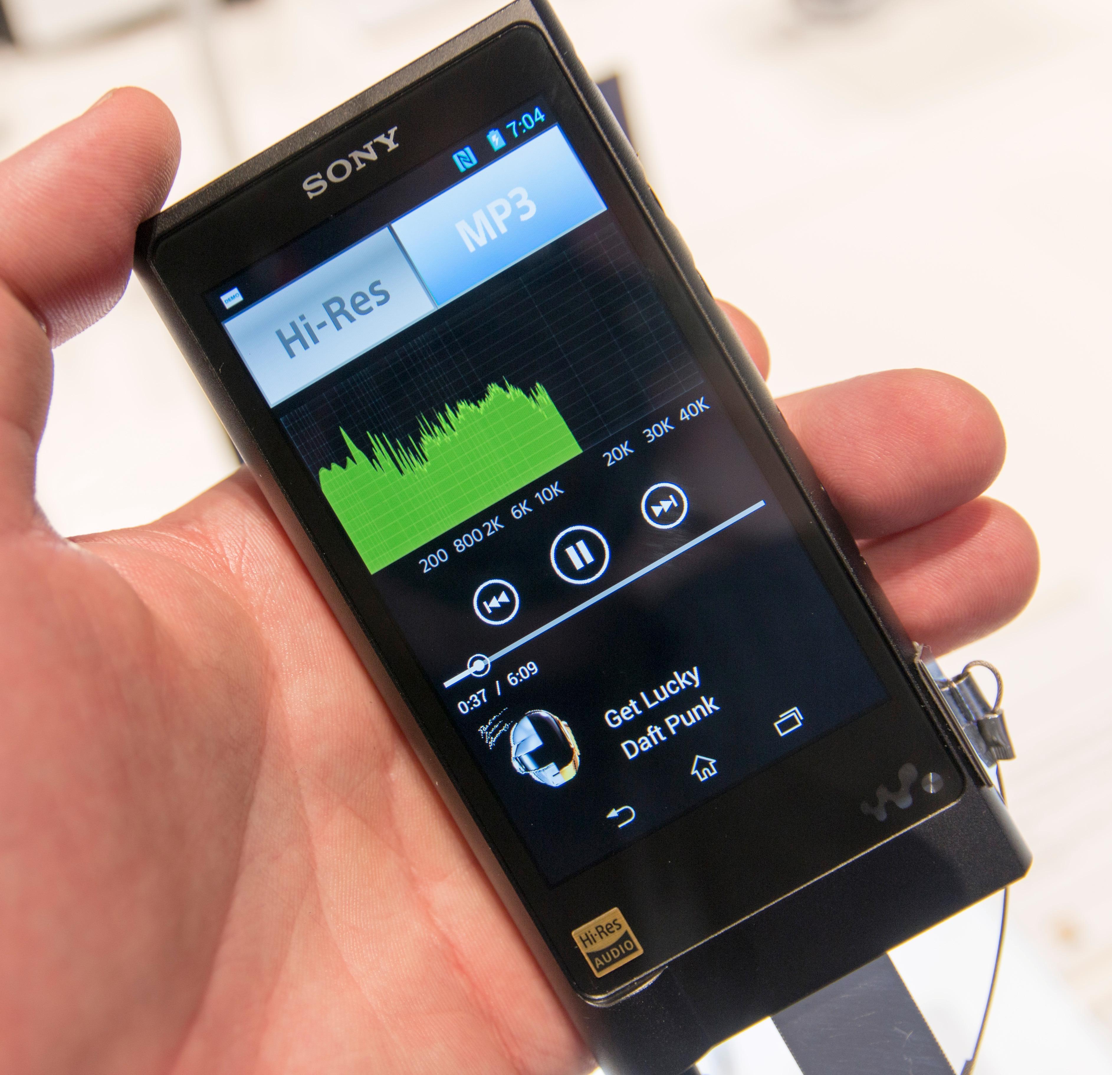 En av spillerne var satt opp for hurtig veksling mellom MP3 og høyoppløst lyd. Visualiseringen viser at lyden kuttes lenge før 20 000 Hz, og slik hørtes det sannelig ut også. MP3 kan prestere vesentlig bedre enn dette. Vi aner fugler i mosen.Foto: Finn Jarle Kvalheim, Tek.no