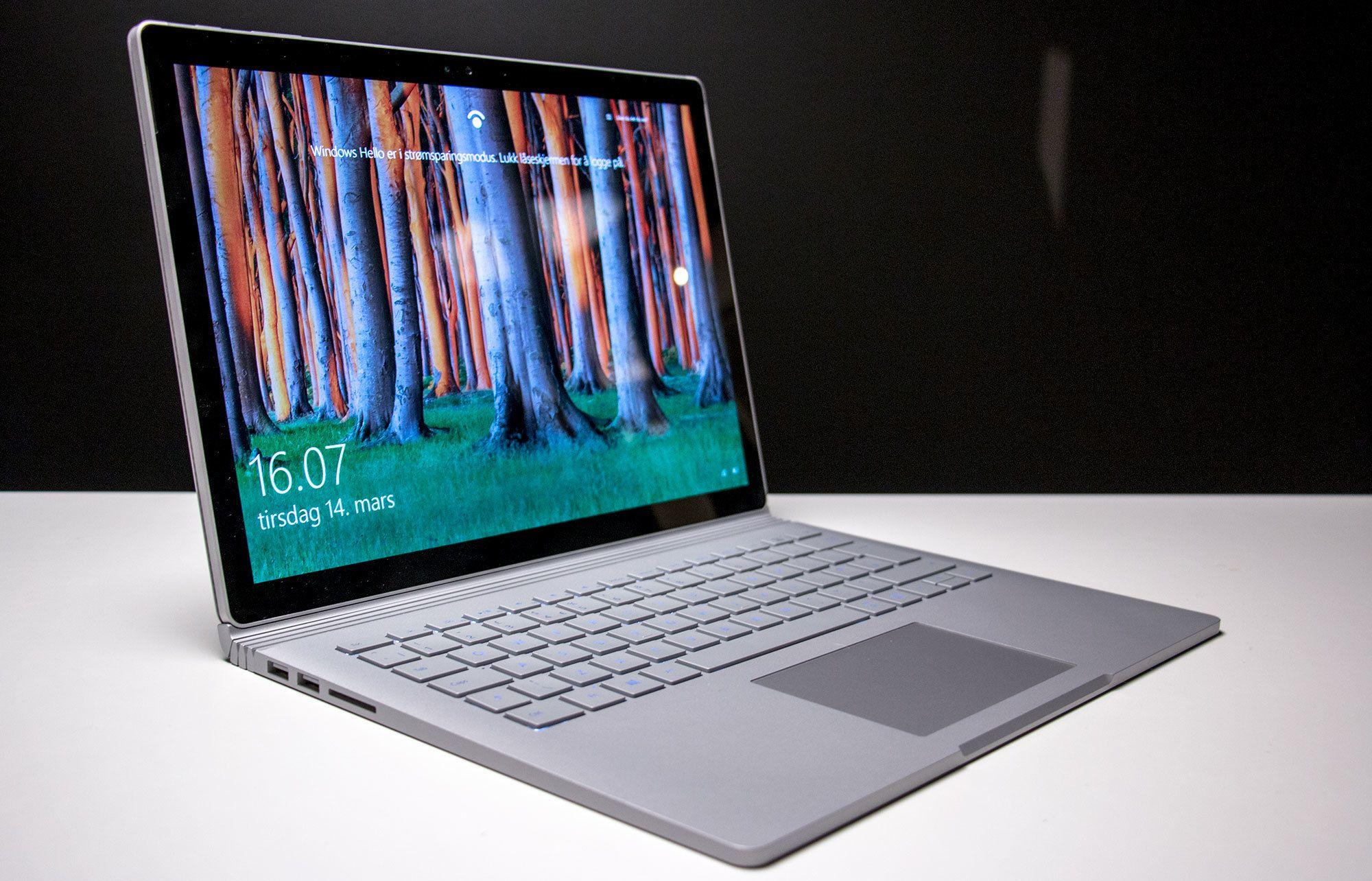 Litt inspirasjon er nok hentet fra MacBook, men Microsoft har også innovert når det kommer til skjermhengselen.