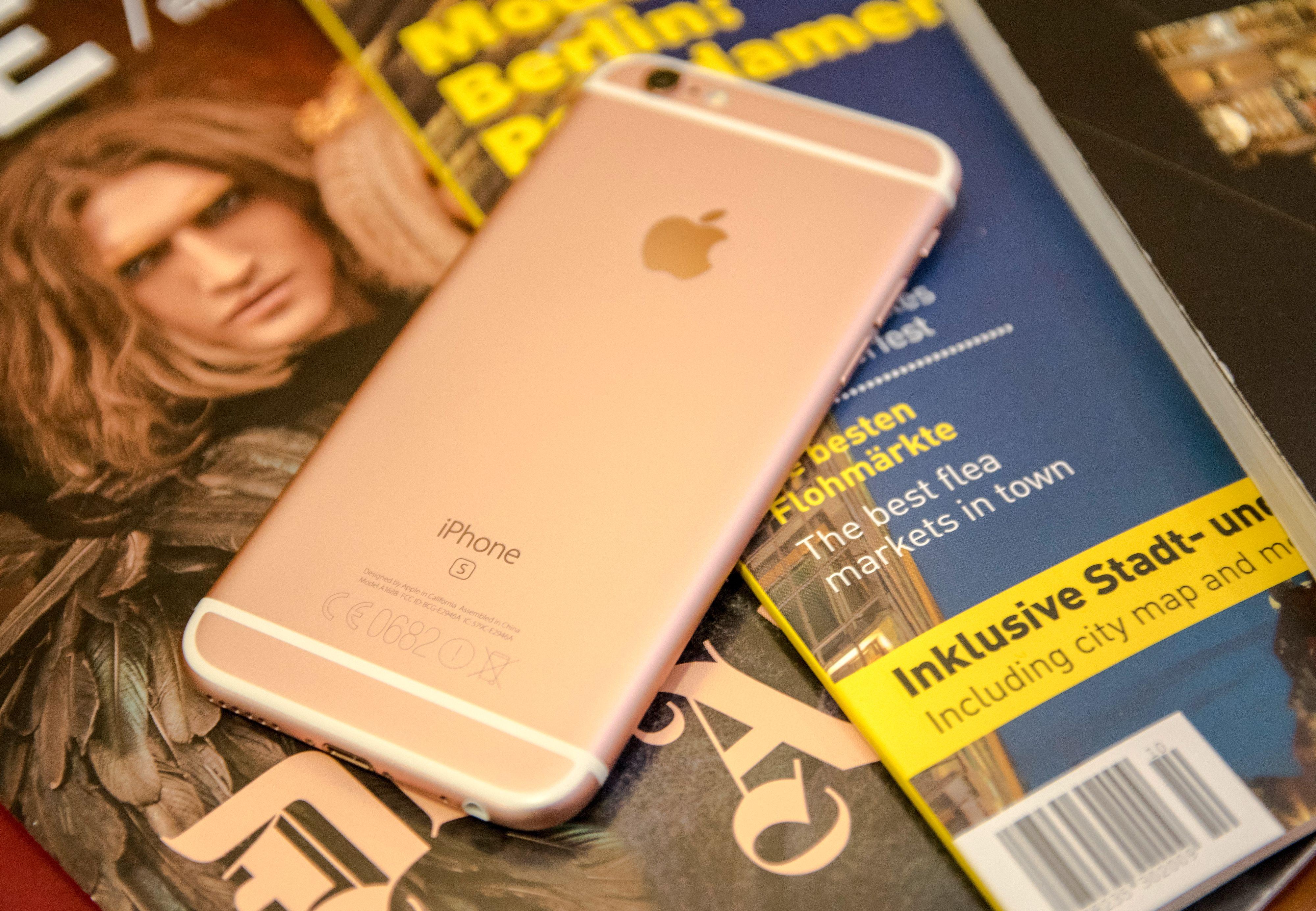 Den rosa varianten gir litt forskjellig inntrykk avhengig av lyset. I noen situasjoner ser den nesten helt rosa ut, mens i andre ser det mer ut som en ordinær gullfarge. Foto: Finn Jarle Kvalheim, Tek.no