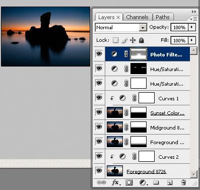 Steinformasjon og solnedgang. I Photoshop-paletten ved siden av vises lagene og maskene som er brukt til å bygge opp bildet. Foto: Edmund Schilvold