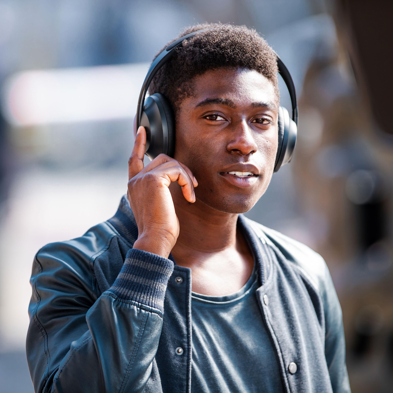 Et touchpanel på den høyre øreklokka lar deg kontrollere volum og avspilling.