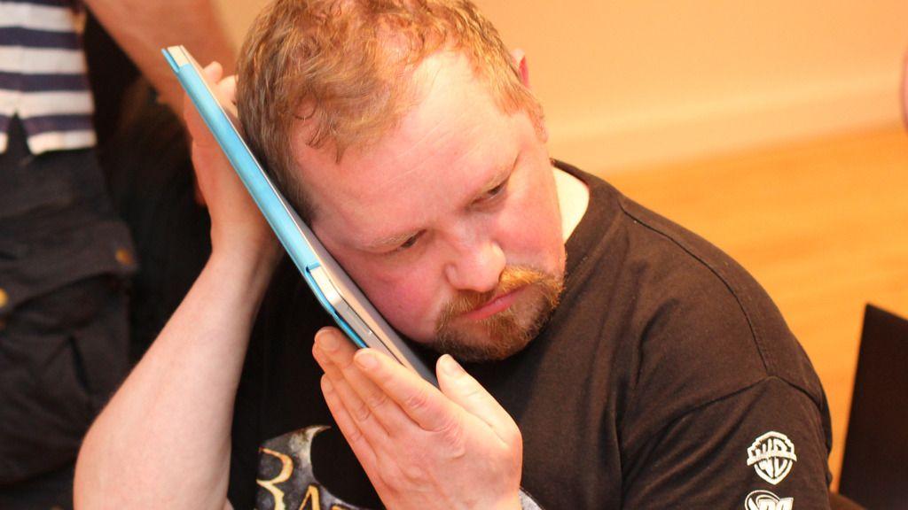 «My precious ...»? Nei, da. Hardware.nos Vegar Jansen lytter bare etter viftestøy. Foto: Espen Irwing Swang, Amobil.no