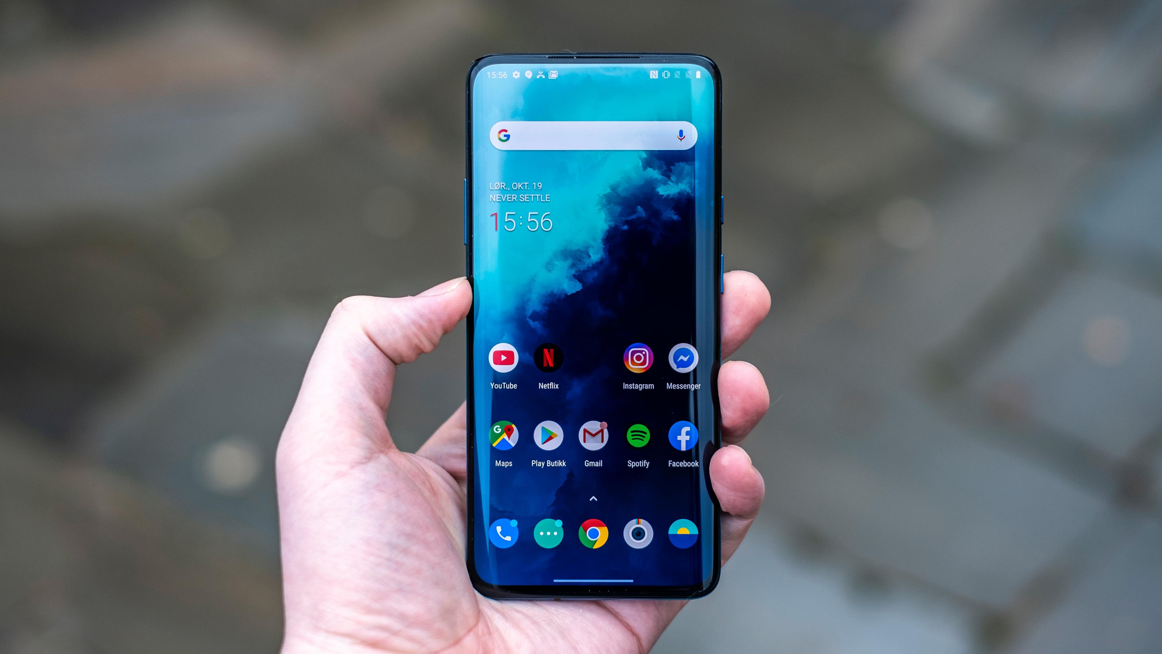 Den fabelaktige 90 Hz-skjermen har god lysstyrke og gode farger, og er helt vanvittig behagelig å bruke over tid sammenliknet med de fleste andre mobilskjermer. Denne egenskapen er også ny i nylanserte Google Pixel 4, så vi forventer å se den i flere telefoner fremover.