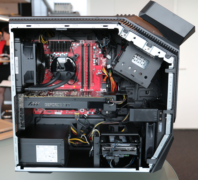 Kun standard komponenter er benyttet i Omen Desktop, som måler 44,2 x 19 x 42 cm. Her vises en modell med vannkjøling. Legg merke til inntil tre harddisk-spor i bunn, i tillegg til de to i toppen.