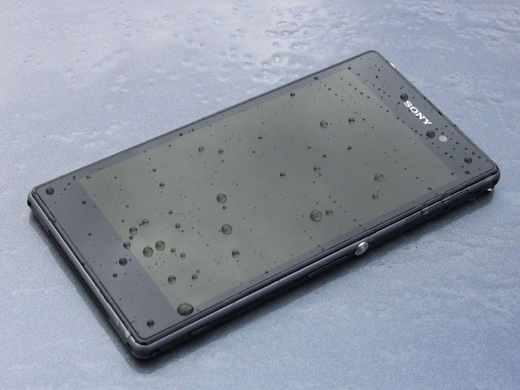 De fleste mobiler blir lett ødelagt av fukt. Xperia Z1 er vanntett.Foto: Espen Irwing Swang, Amobil.no