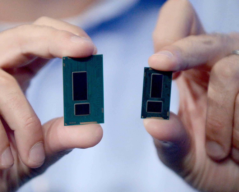 Haswell-prosessoren (til venstre) ved siden av de nye Broadwell-prosessoren. Foto: Intel