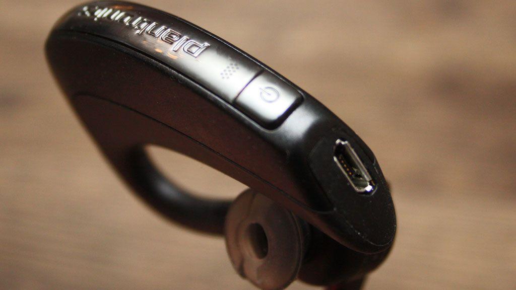 Hovedbryter sitter nederst på ryggen av delen du har bak øret. I bunnen sitter en micro-USB-kontakt for lading.