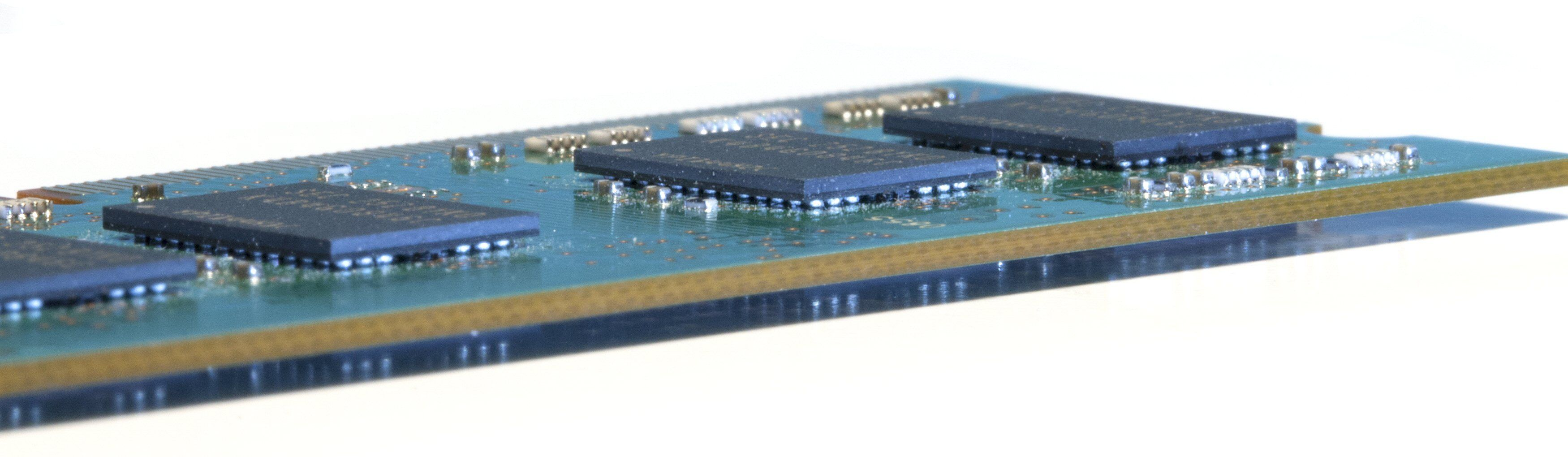 De litt runde kontaktfestene mellom RAM-brikkene og minnemodulen er typisk for BGA.