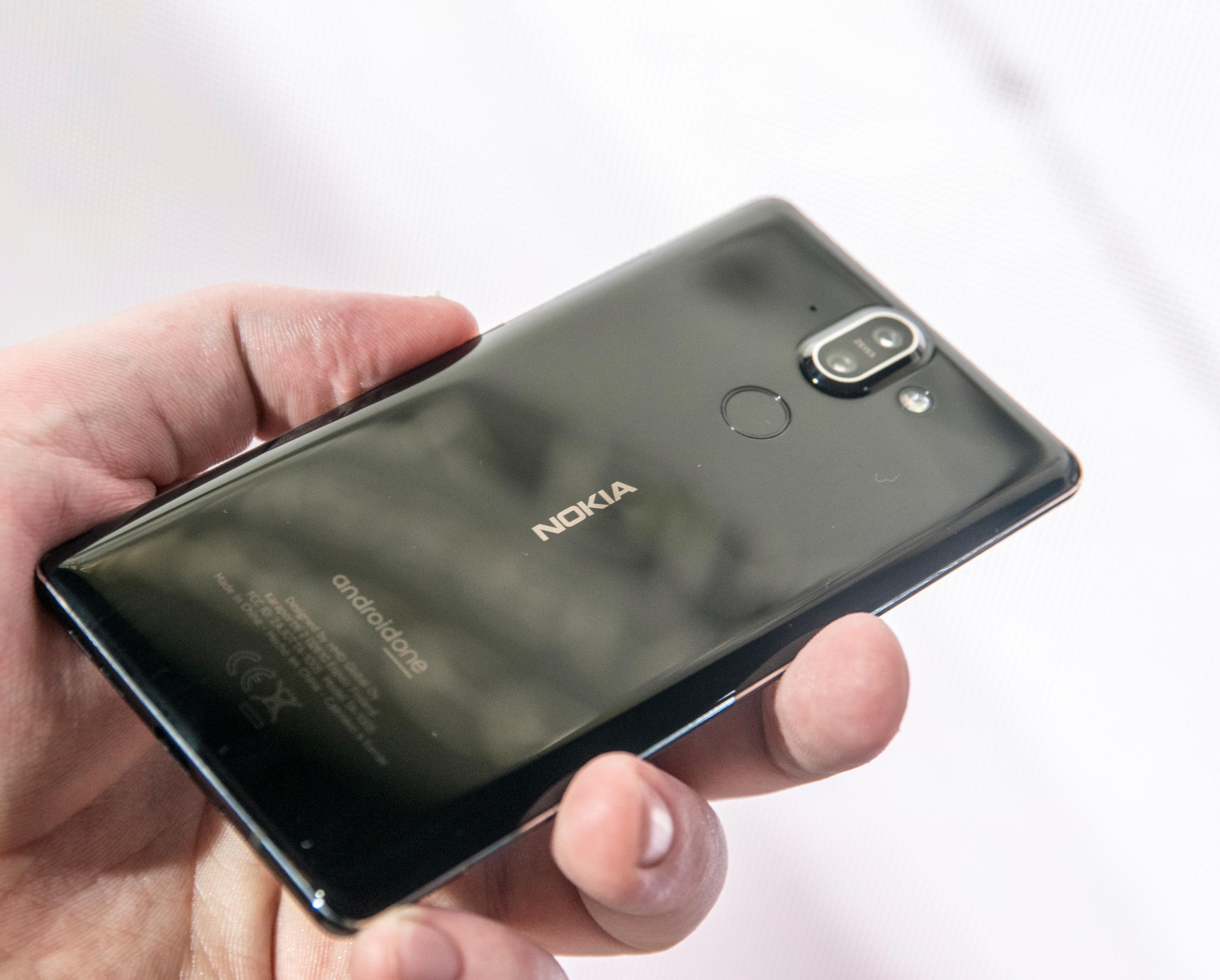 Baksiden på Nokia 8 Sirocco er forholdsvis lekker, med en voksen kameratut som stikker ut på midten øverst. Resten av mobilen er syltynn.