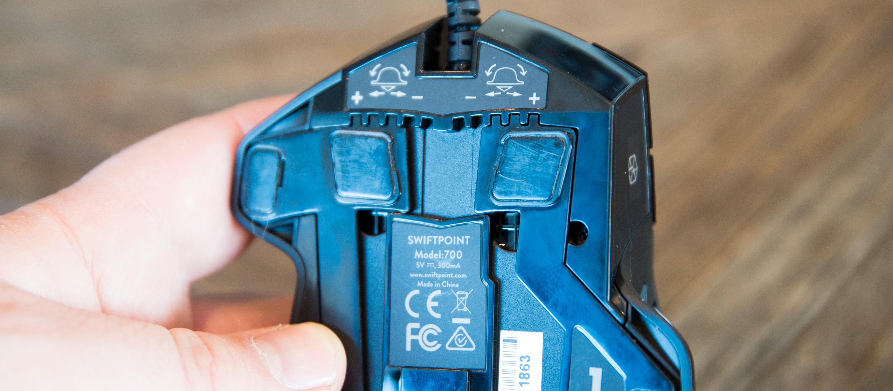 På undersiden kan du justere hvor enkelt musen kan tiltes sideveis.