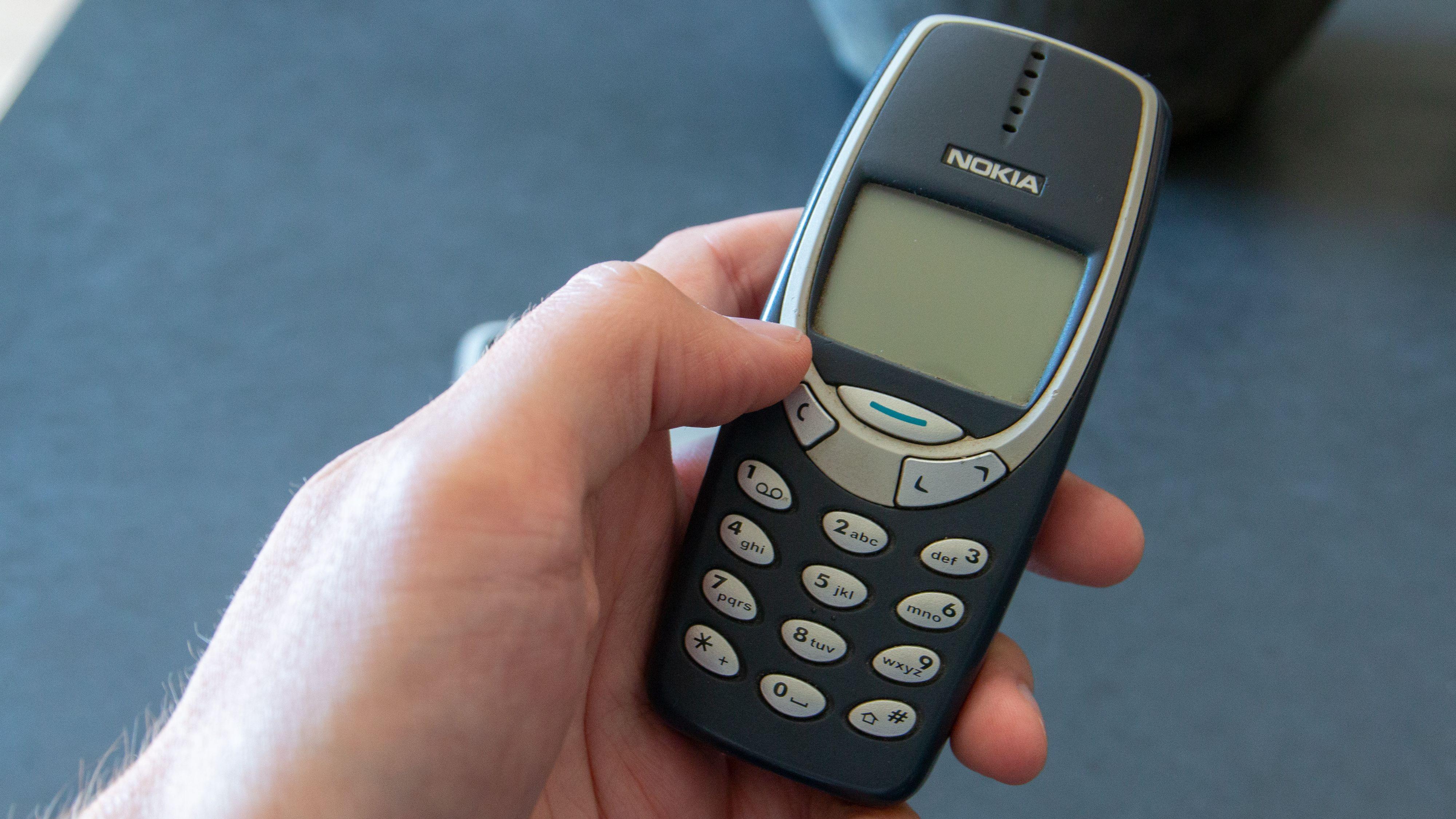 I år 2000 kunne telefonene brukes med én hånd.