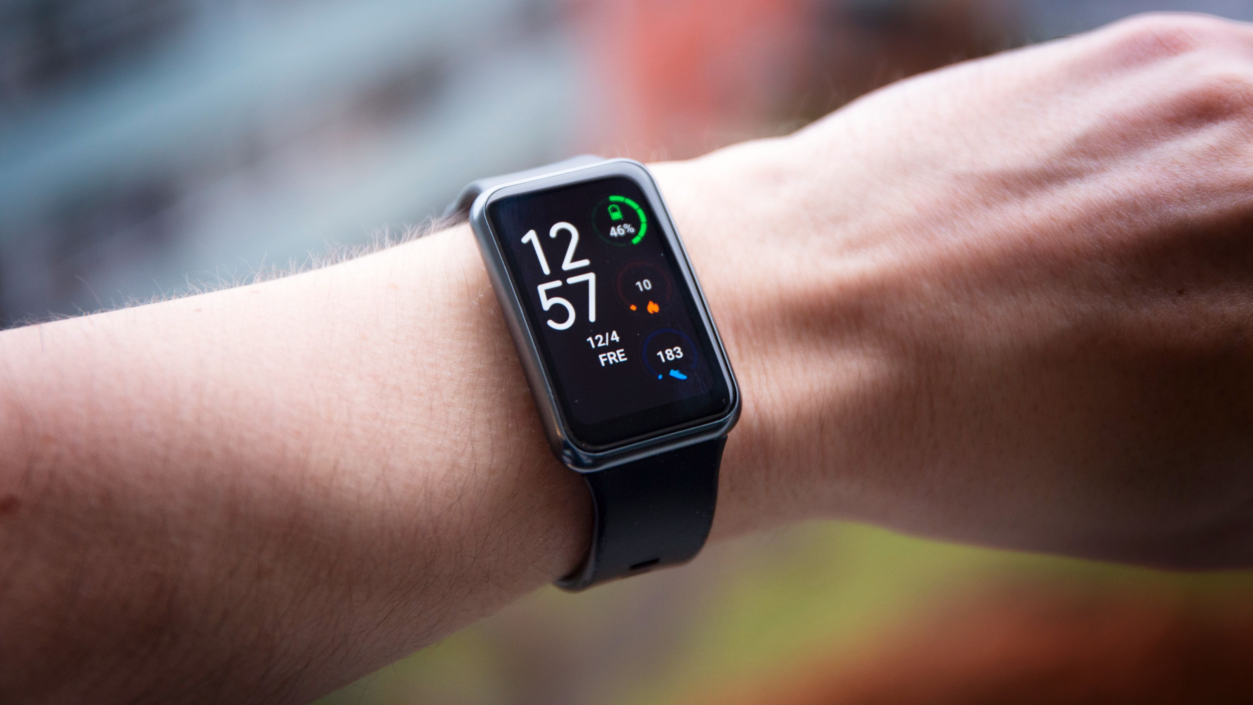 Huawei Watch Fit tar stort sett alle funksjonene Fitbit har og pakker dem inn i en nøytral og ganske elegant klokke.