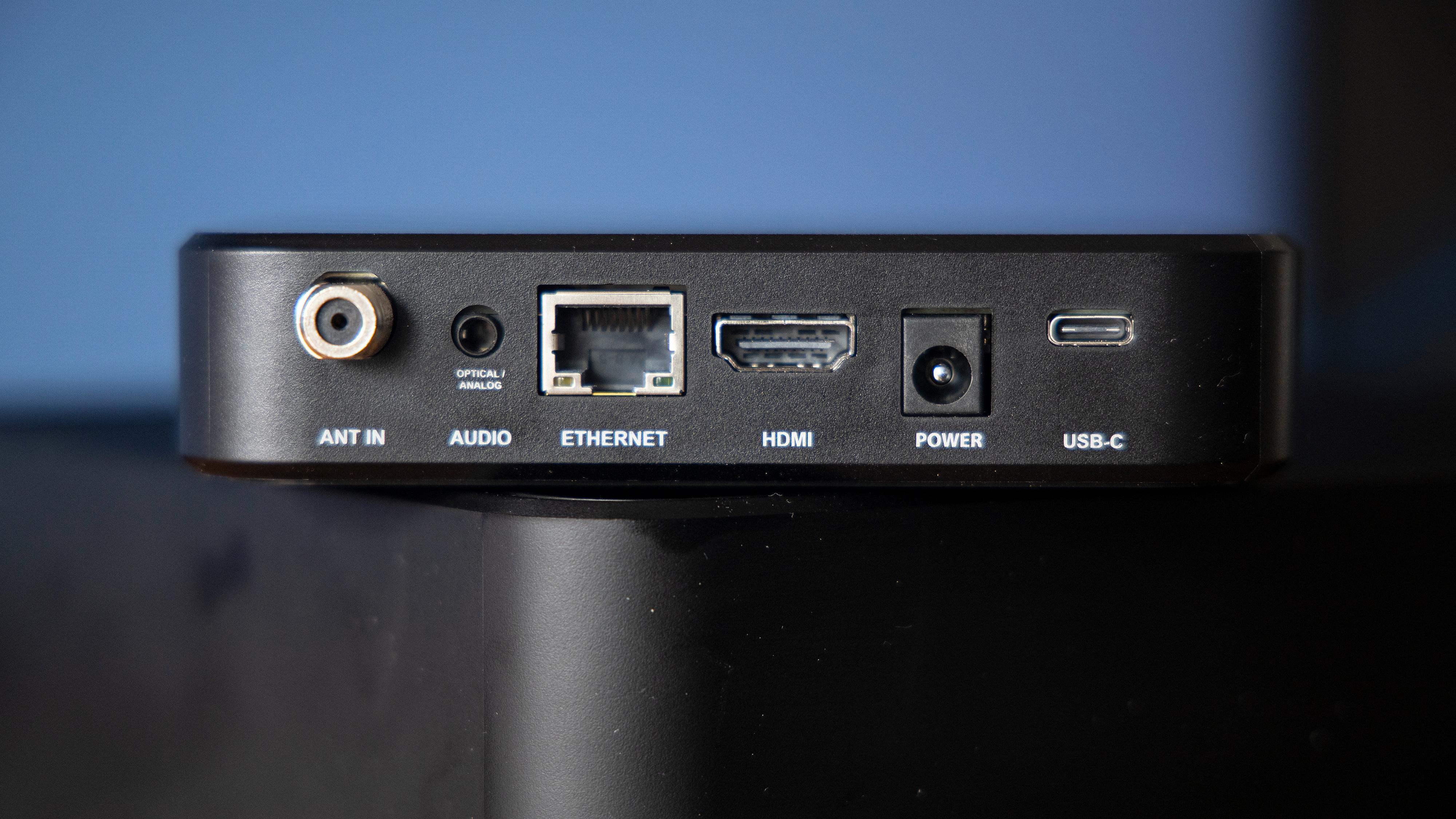 Bak finner vi antenneinngang, optisk/analog lyd, ethernet, HDMI, strøm og en USB-port.