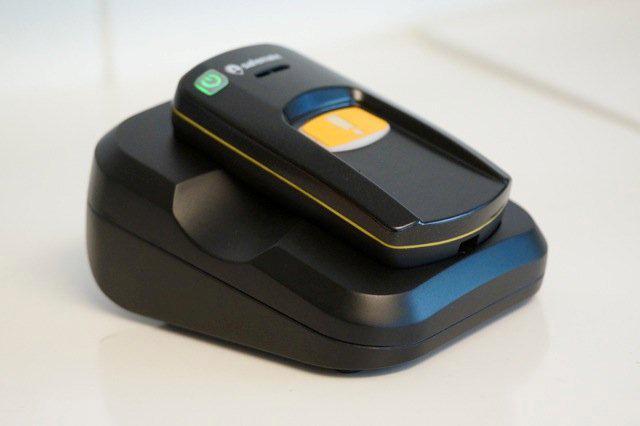 SafeMate skal etter hvert kunne lades opp med en bordlader, foreløpig er det kun micro-USB.