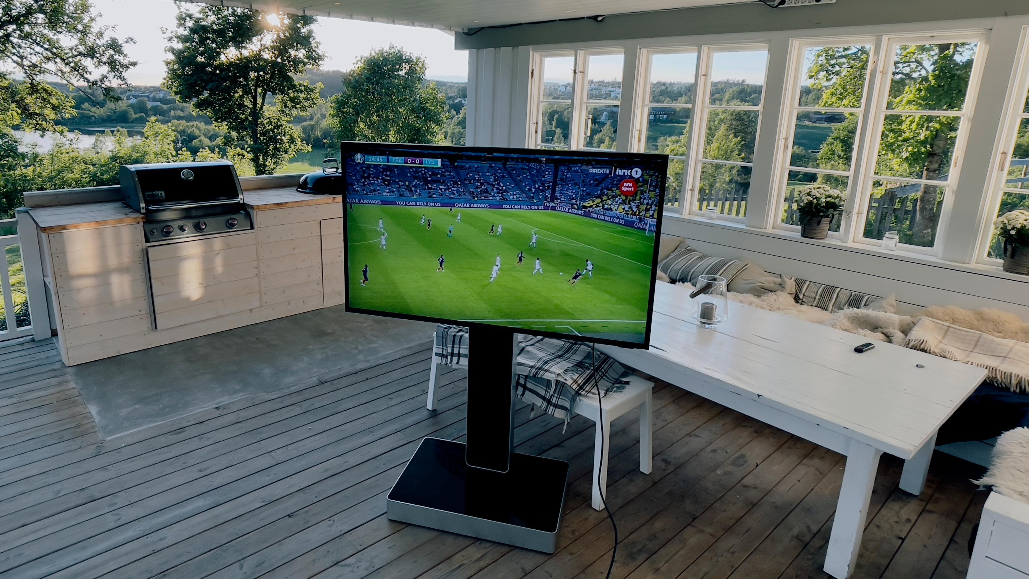 Å se TV utendørs ga oss en aha-opplevelse. Men det koster også en solid slump penger.