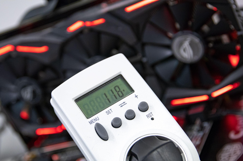 Vi måler strømforbruket for hele testbenken under last.