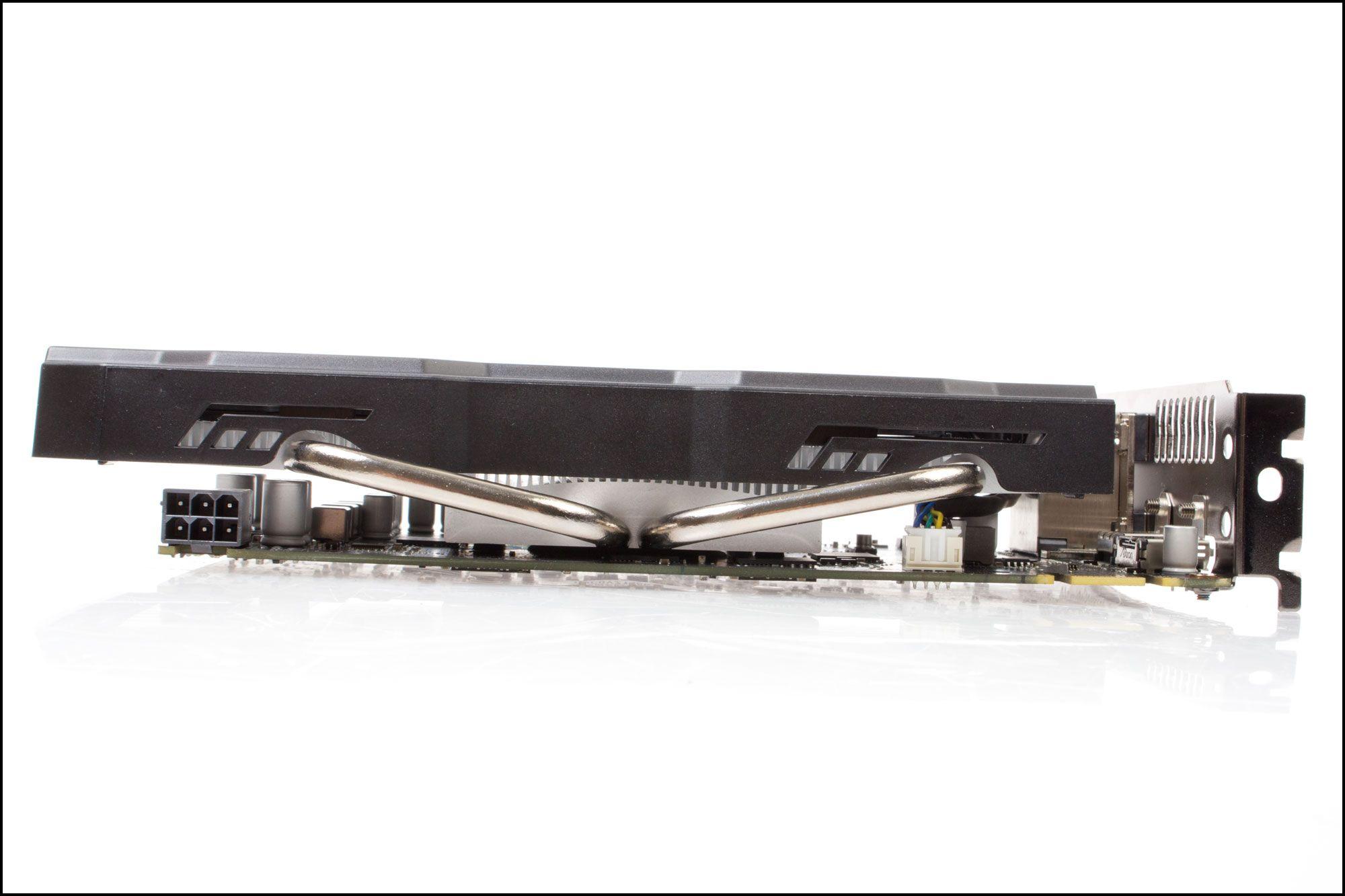 Fete kjølerør stikker ut til sidene på Asus' GTX 650Ti BOOST.Foto: Varg Aamo, Hardware.no