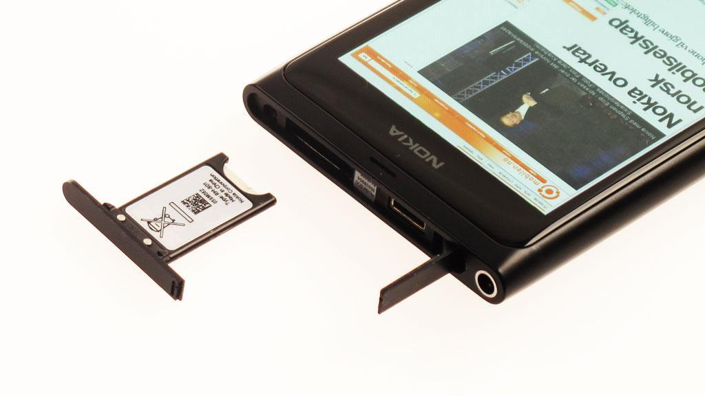 Telefonen bruker micro-SIM. Både SIM-kort og ladekontakt ligger skjult under luker på toppen av telefonen.