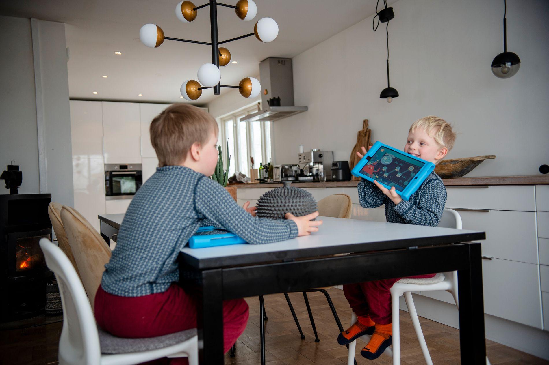 FORNØYD: Linus viser stolt frem iPaden til Leo – som bevis på at han klarte oppgaven og er klar for neste nivå.