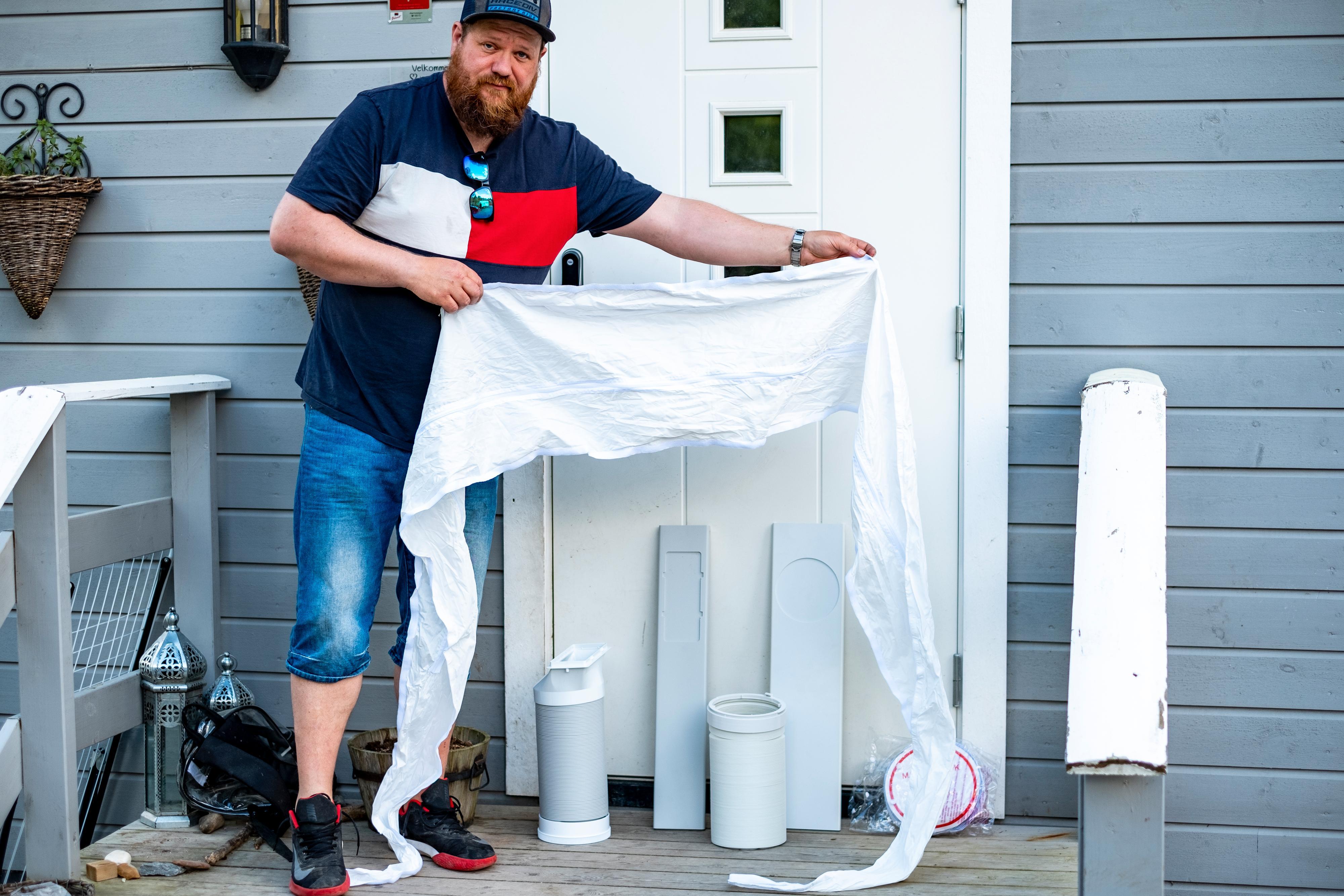 Vindusmonteringssettet Ole Henrik Johansen er sporty modell for festes i vinduskarmen med borrelås som limes fast - så river du det bare av når det ikke er i bruk. Med slangen tredd innpå blir det som en liten ballong i vindusåpningen som sender varmlufta ut. Her behøver du ikke å få spesielt stor åpning på vinduet for at det skal virke.