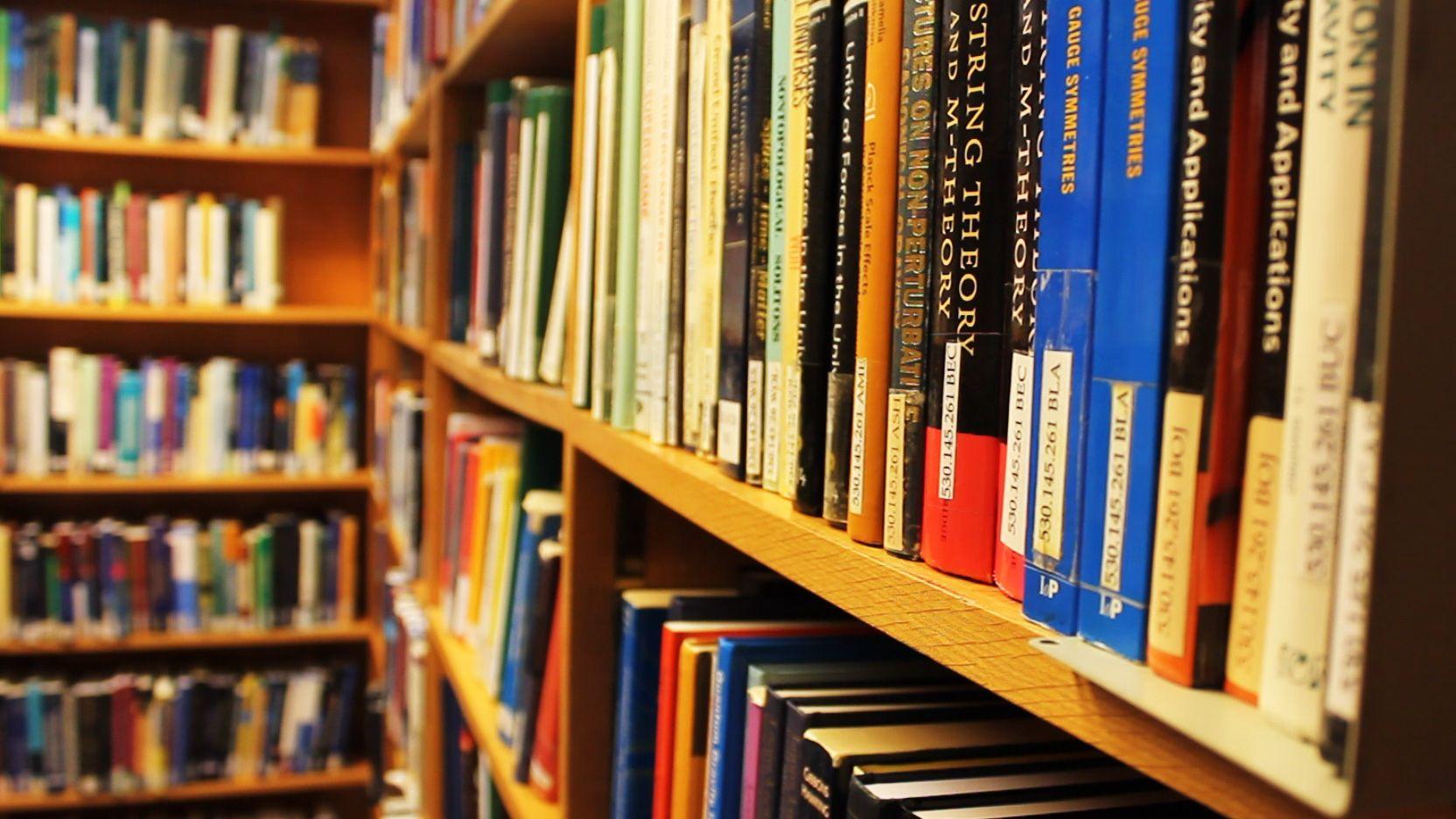 Selv om en mengde bøker fortsatt er digitalisert inneholder CERN-biblioteket fortsatt papirbøker i rikt monn.Foto: Varg Aamo, Hardware.no