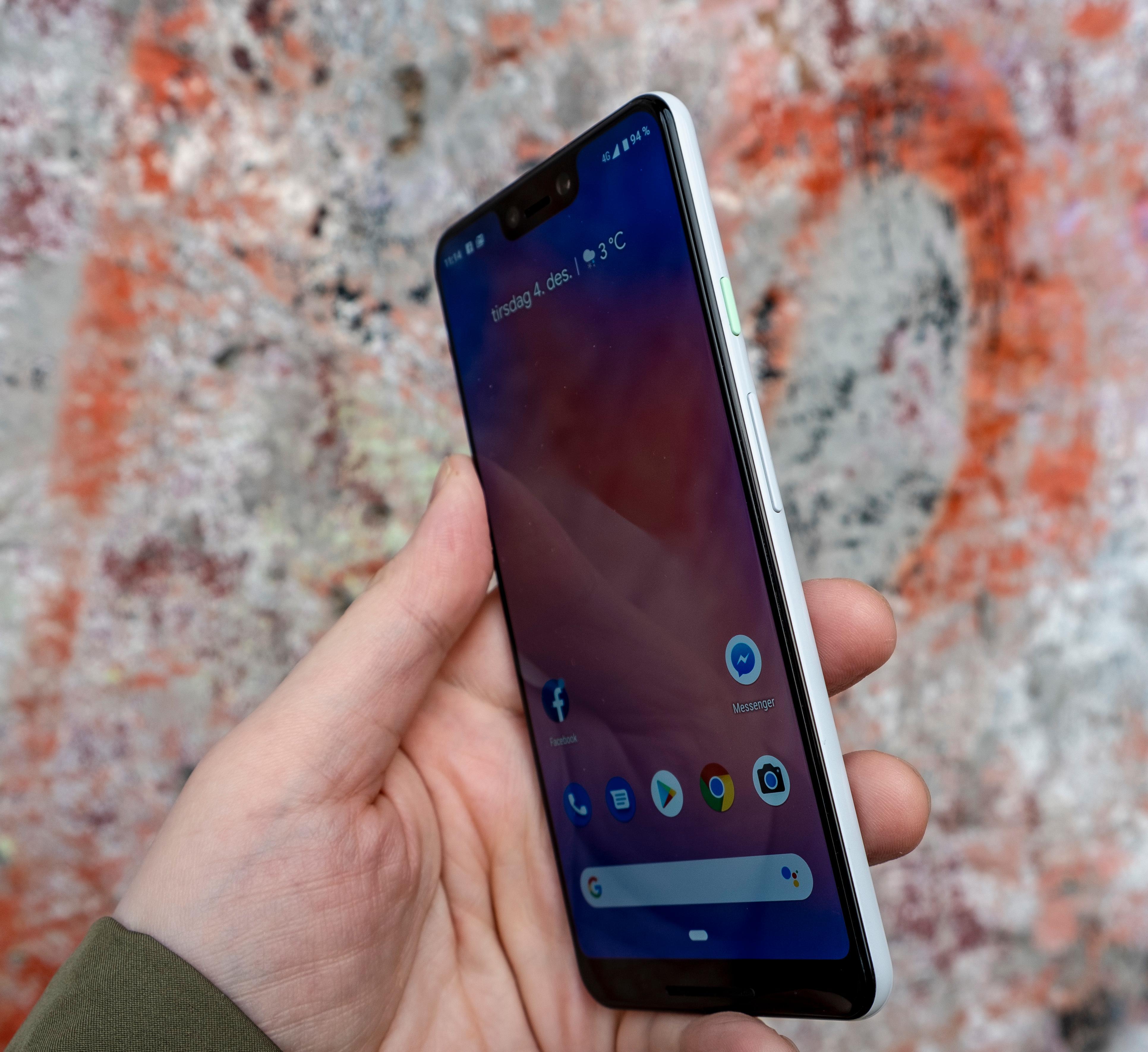 En grønn knapp, svart front og hvit bakside. Pixel 3 XL er litt sprek og litt kjedelig samtidig. Men sammenliknet med de graderte glassbaksidene fra aktører som Huawei, Meizu og Samsung blir det litt kjedelig.
