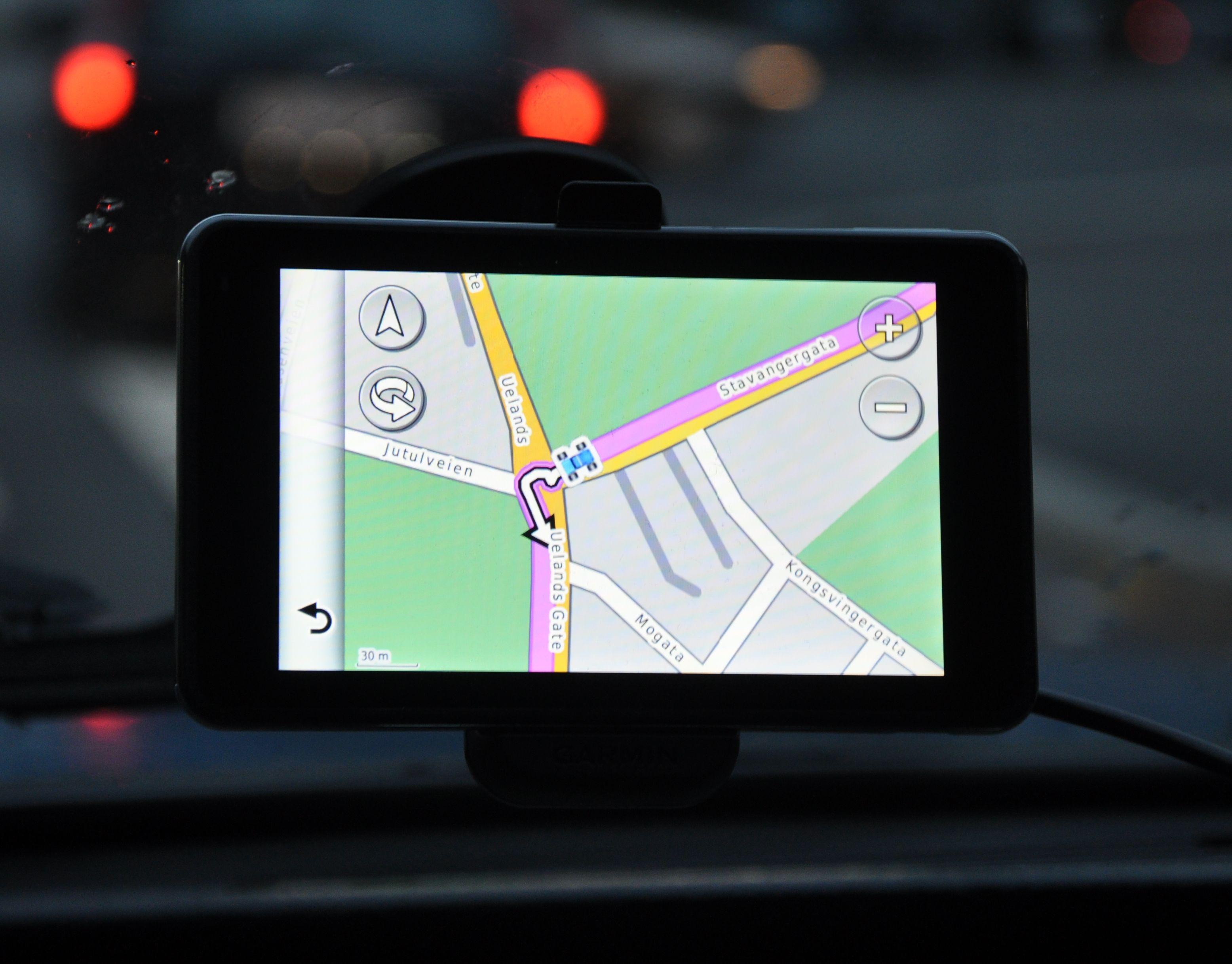 Frem til de siste årene har dedikerte GPS-enheter vært den eneste måten å få digital karthjelp i bilen. Her Garmins heftige Nüvi 3760.