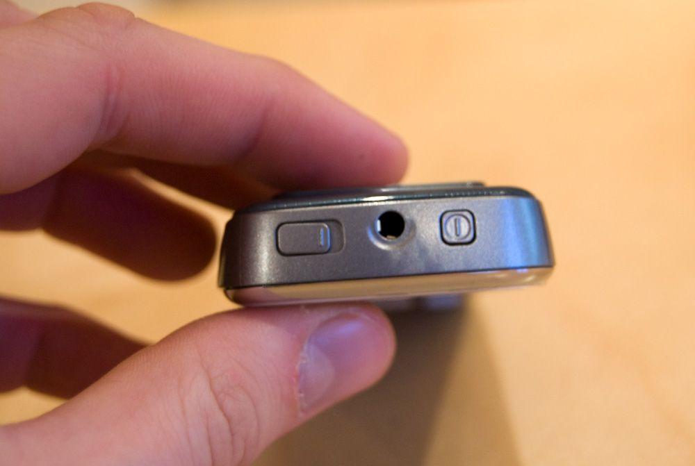 Telefonen har 3,5 millimeters minijack, og mulighet for å plugge til en egen mikrofon for håndfribruk.